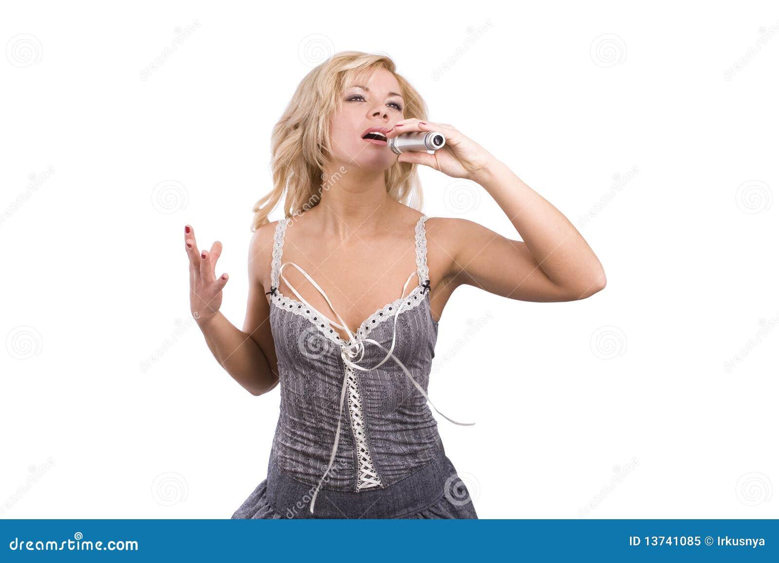 Zanger. Het jonge vrouw zingen in microfoon.