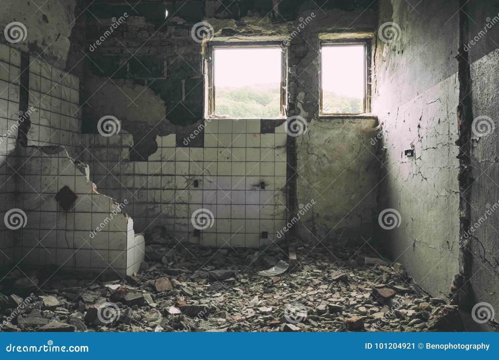 Zaniechanego budynku miastowa eksploracja, słońce promieni spada puszek na Flor w starym forsaken domu Urbex straszna stara fabry