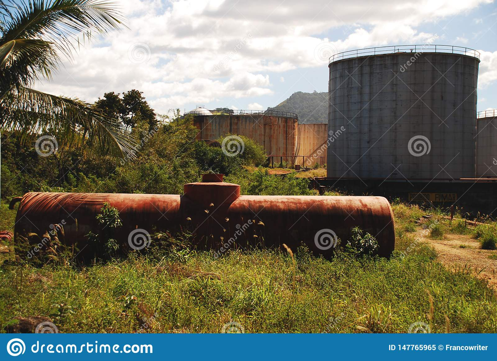 Zaniechani Nafciani zbiorniki w Vitoria, Brazil_03