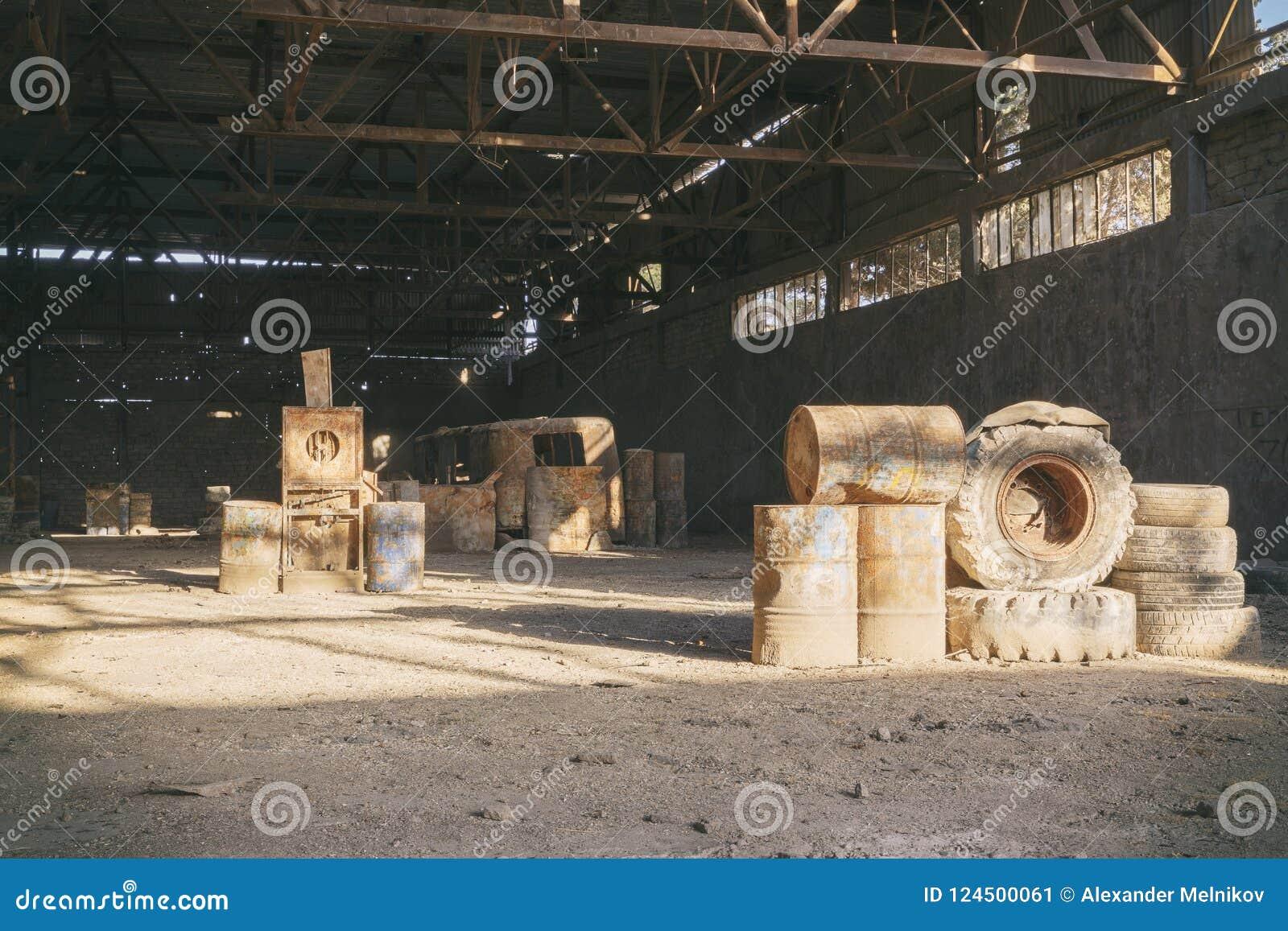 Zaniechany fabryczny hangar, dokąd gry trzymają w paintball