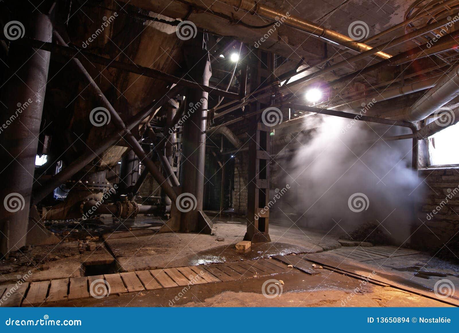 Zaniechany fabryczny przemysłowy stary ośniedziały