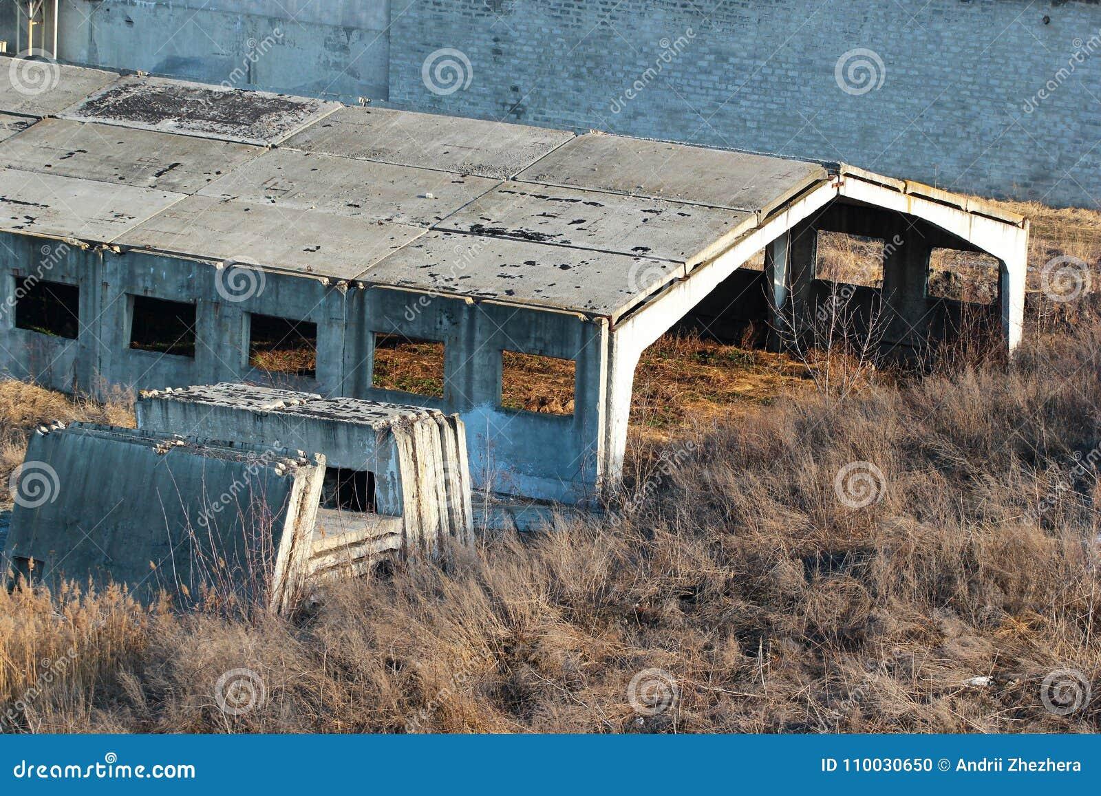 Zaniechany niedokończony betonowy hangar