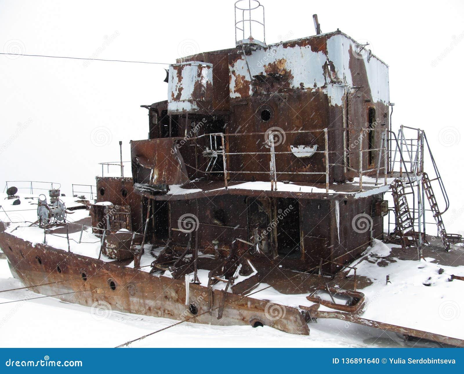 Zaniechany okręt wojenny przy wybrzeżem Arktyczny ocean