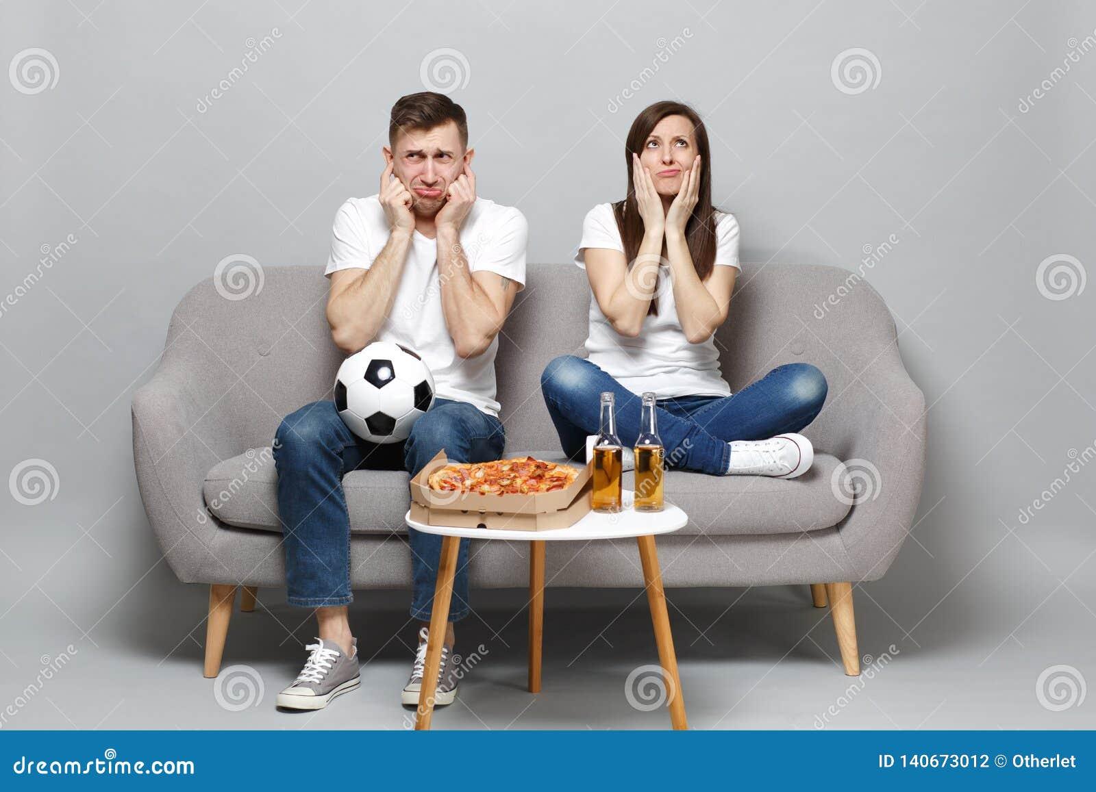 Zaniepokojeni smutni pary kobiety mężczyzny fan piłki nożnej w białej koszulce rozweselają w górę poparcie faworyta drużyny z pił