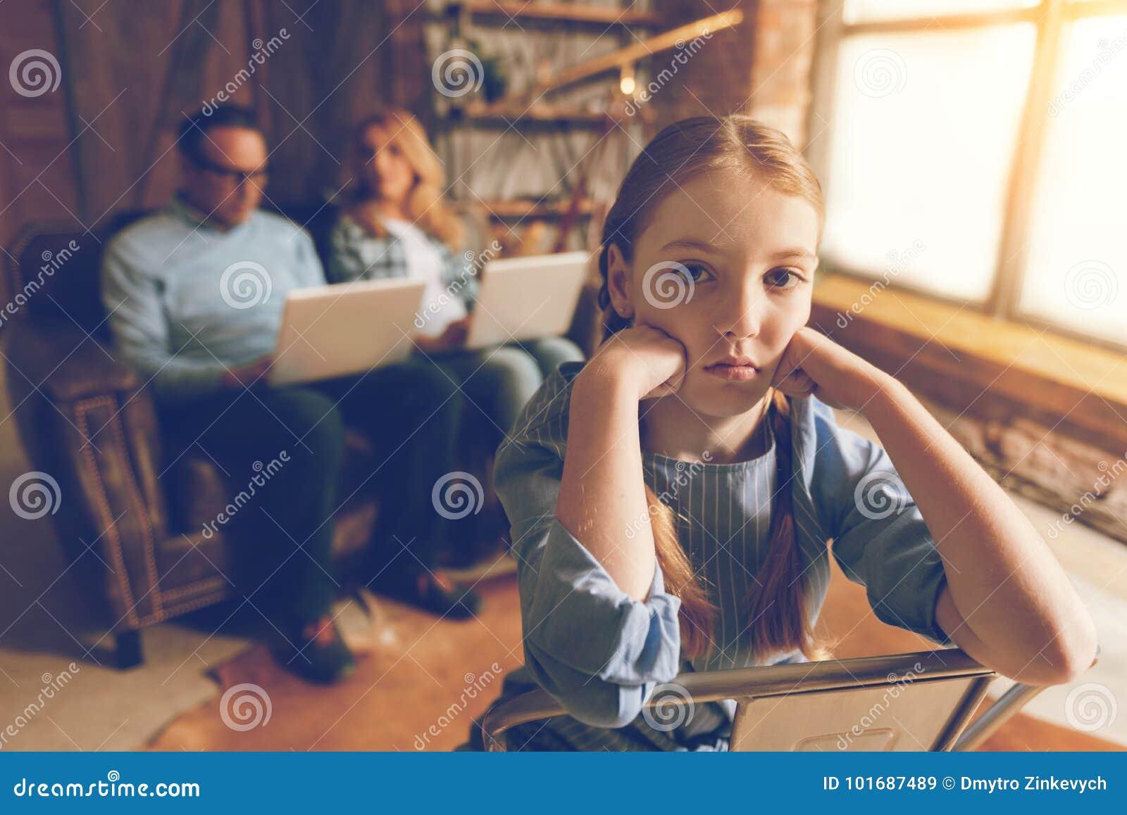 Zanudzająca mała dziewczynka na krzesła czekaniu dla ruchliwie działania wychowywa