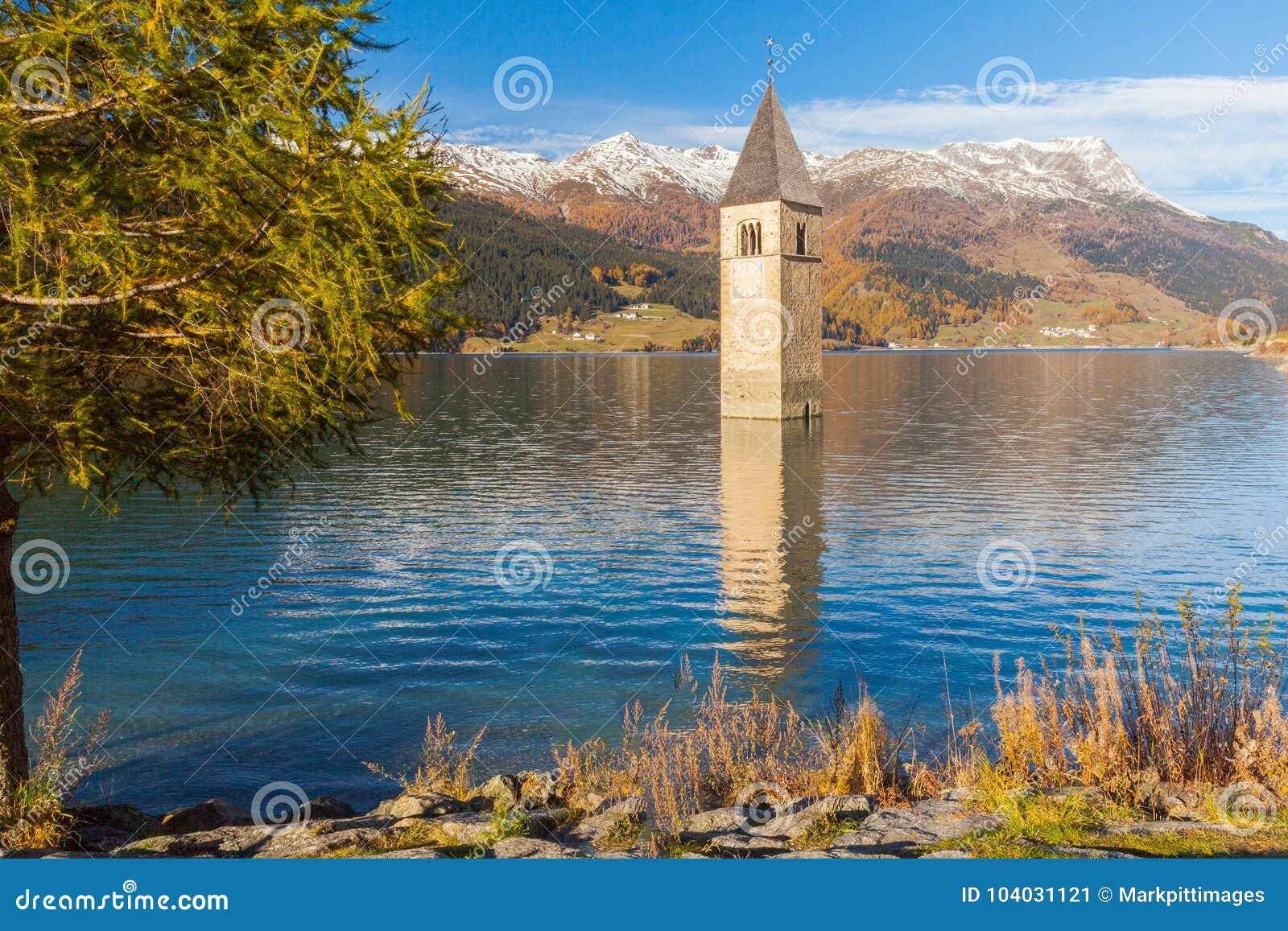 Zanurzający dzwonkowy wierza w jeziornych resia włoszczyzny alps