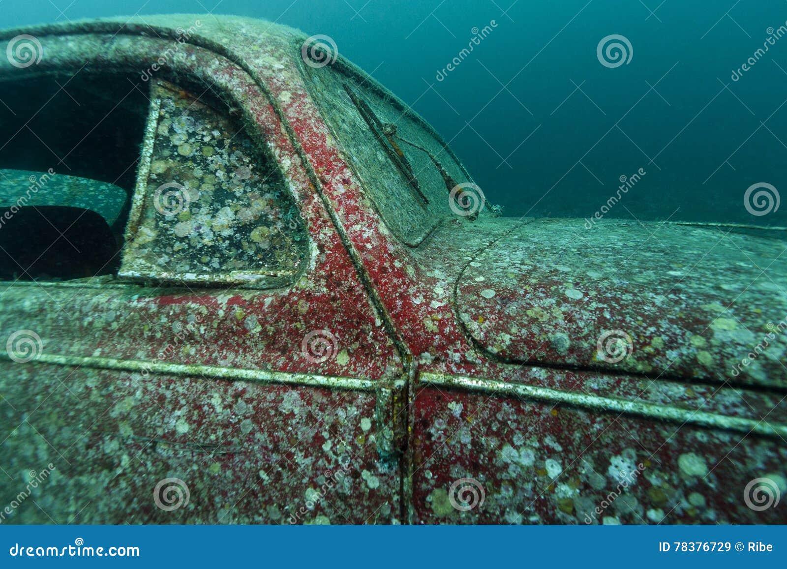 Zanurzający Volkswagen Beetle