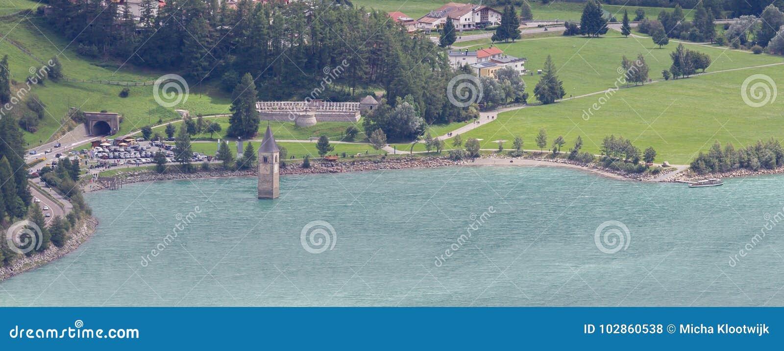 Zanurzający wierza reschensee kościół w Resias jeziorze w Trenie głęboko