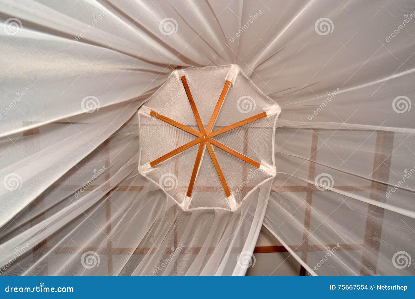 Zanzariera Da Letto : Zanzariera appesa su in camera da letto fotografia stock