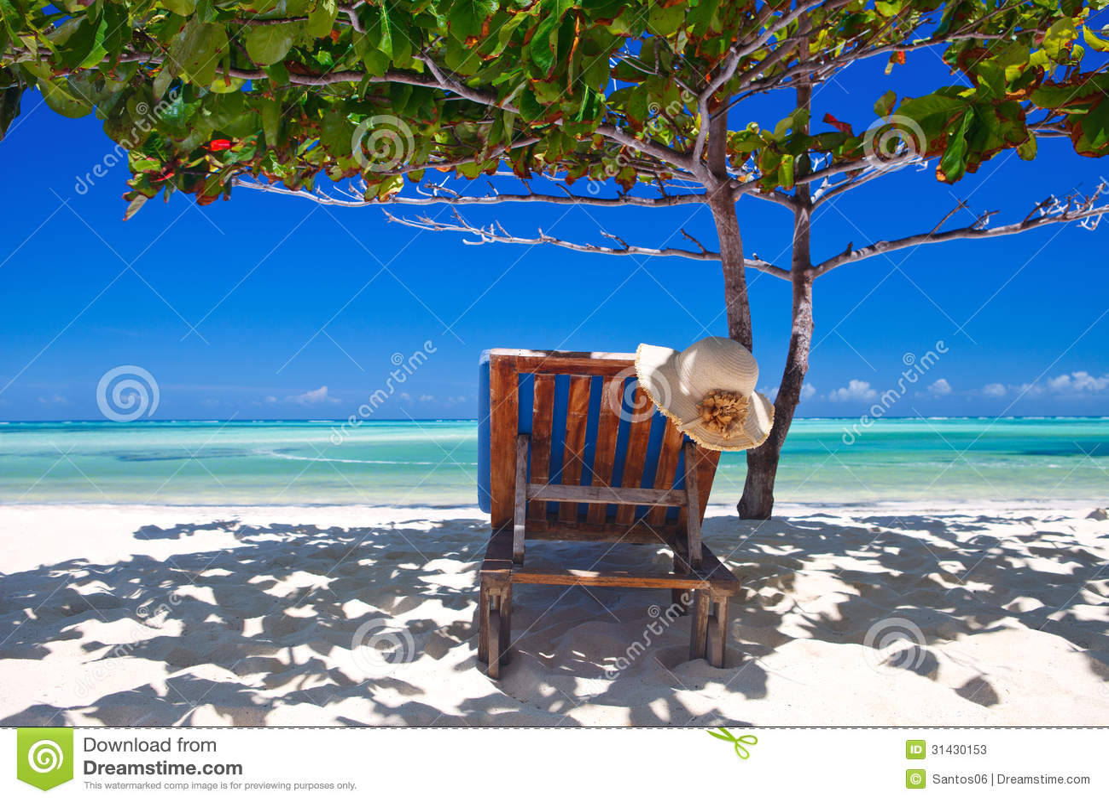 Zanzibar tropical e cadeira de praia na praia