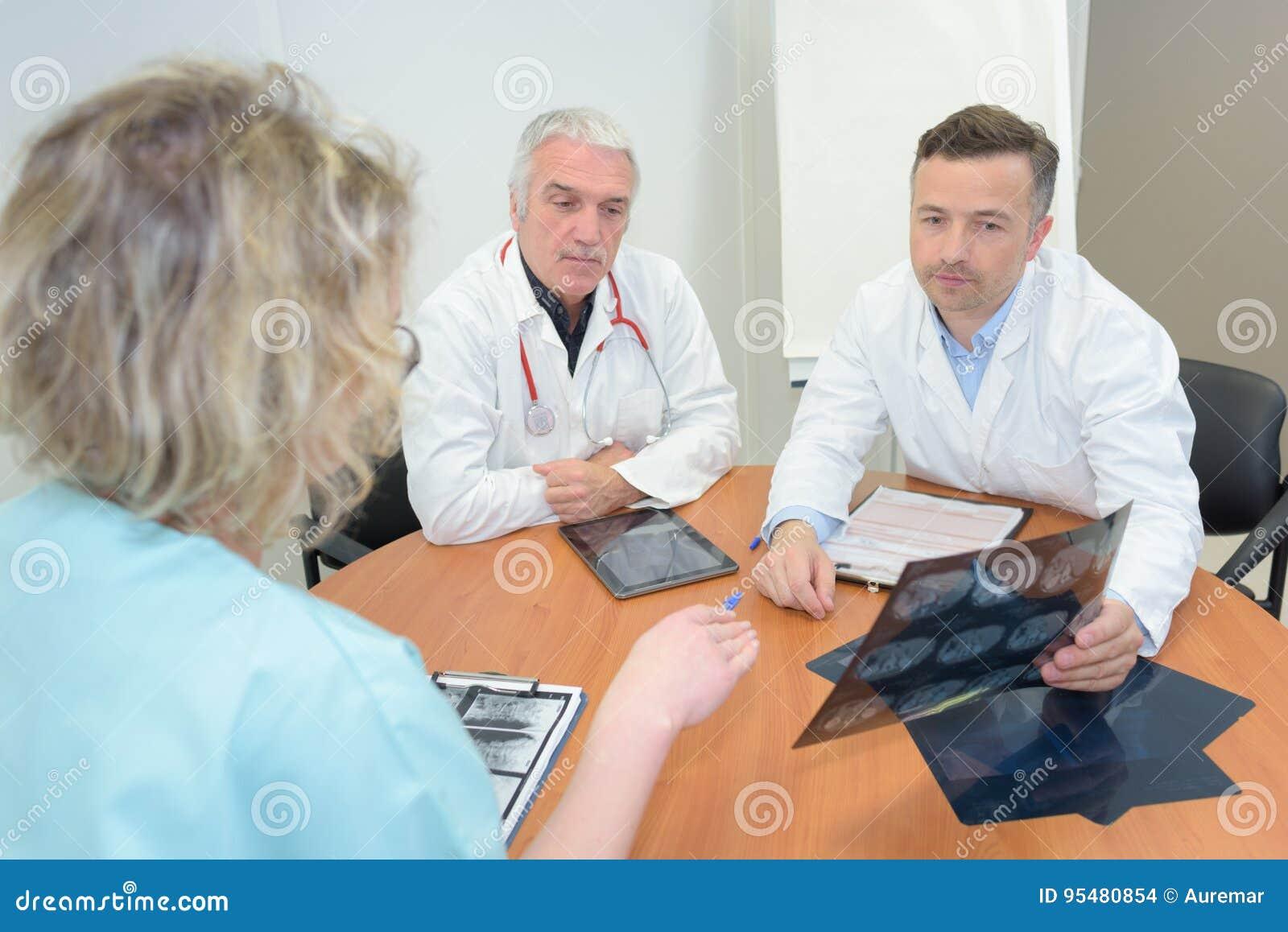 Zaopatrzenia medycznego obsiadanie przy stołem w nowożytnym szpitalu
