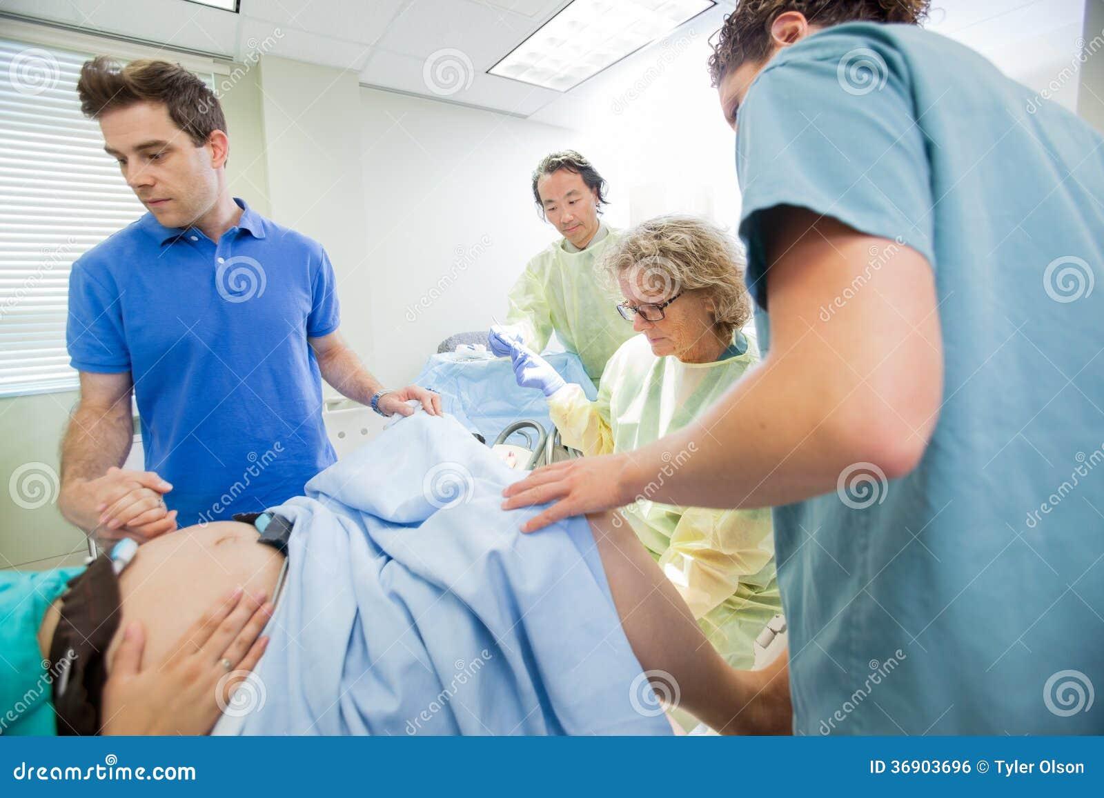 Zaopatrzenie Medyczne Egzamininuje kobieta w ciąży Podczas