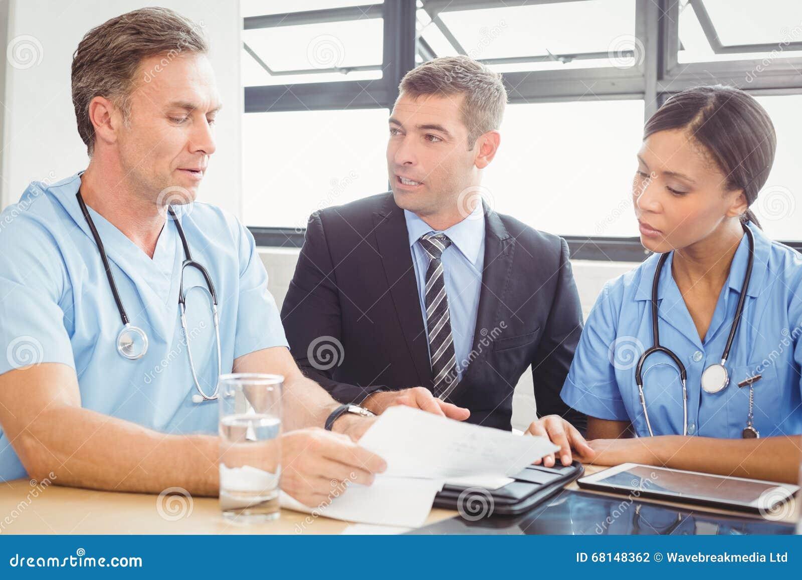 Zaopatrzenie medyczne oddziała wzajemnie w sala konferencyjnej