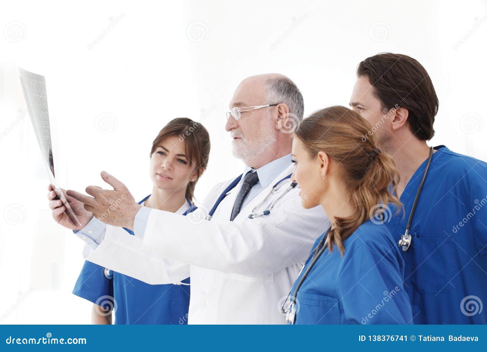 Zaopatrzenie medyczne sprawdza promieniowanie rentgenowskie rezultaty