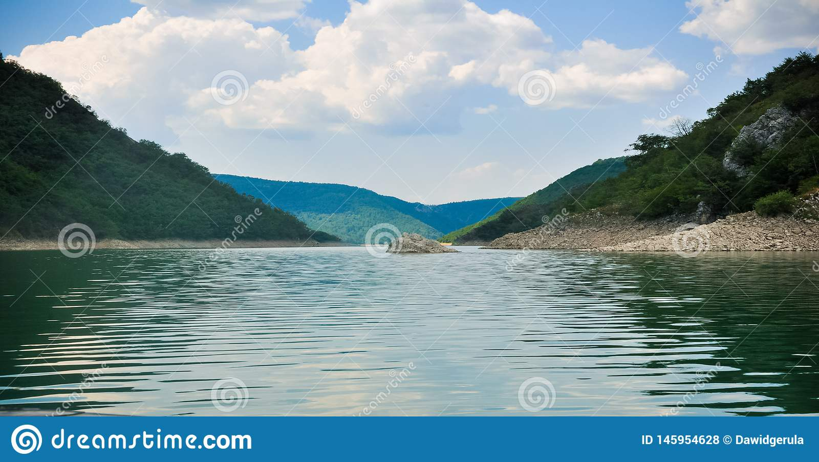 Zaovine See in breiter Fotografie Serbiens