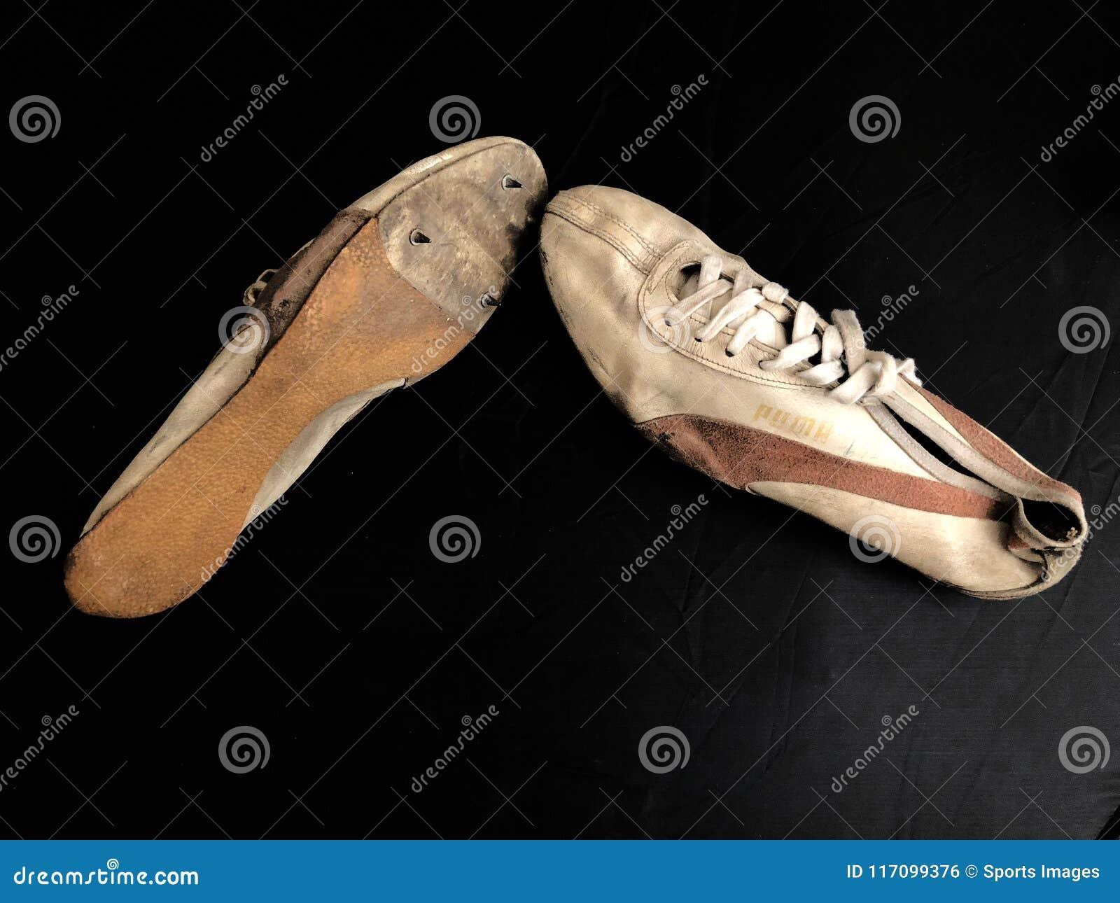 Zapatillas deportivas viejas con los puntos