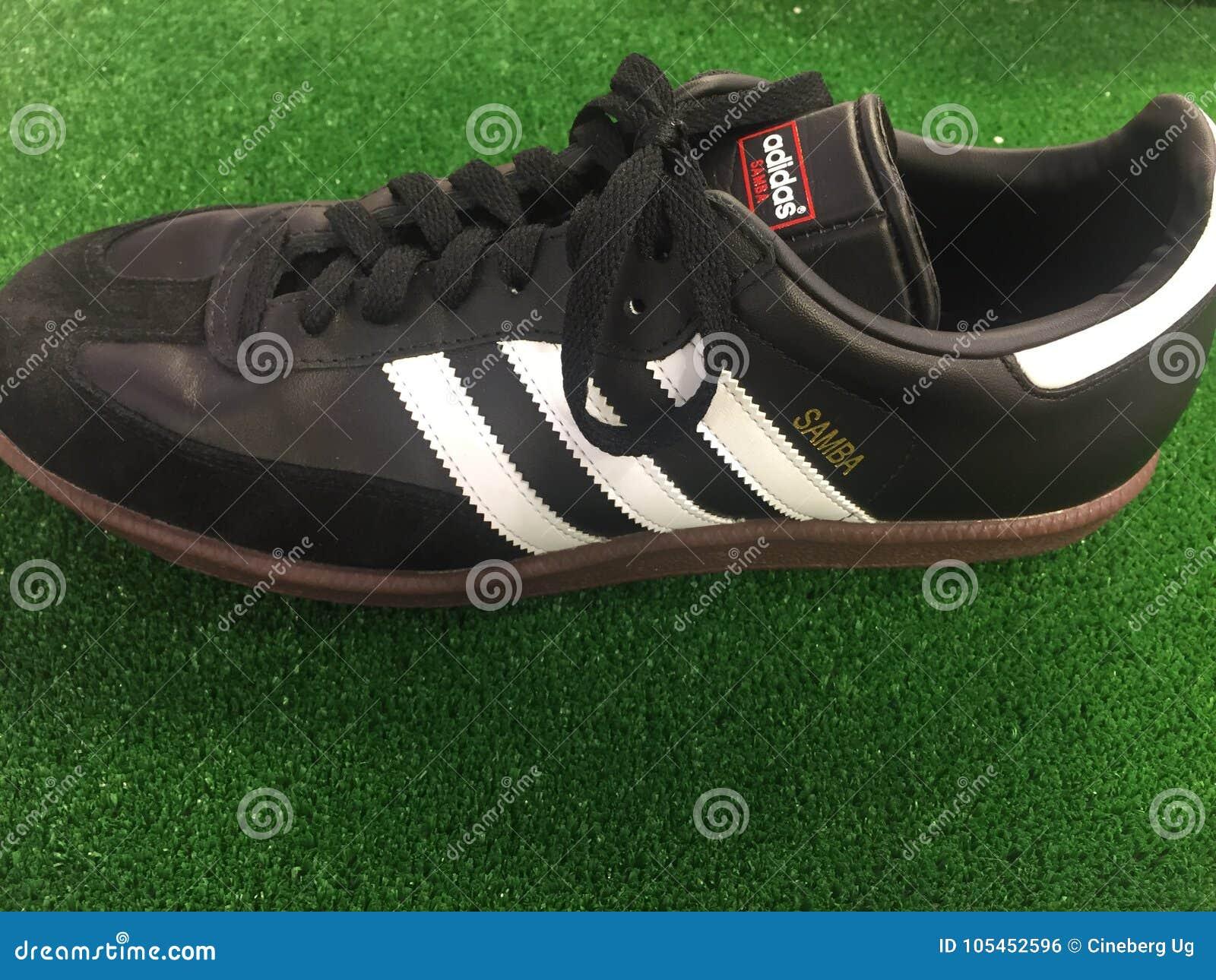 Kosciuszko pueblo Respectivamente  Zapato De Adidas Samba Para La Venta Foto editorial - Imagen de ...