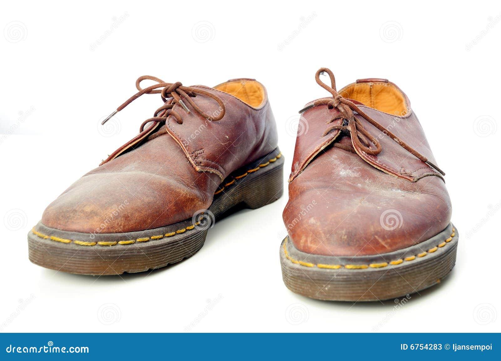 0c199b6044 Tiro del estudio del zapato usado en el fondo blanco