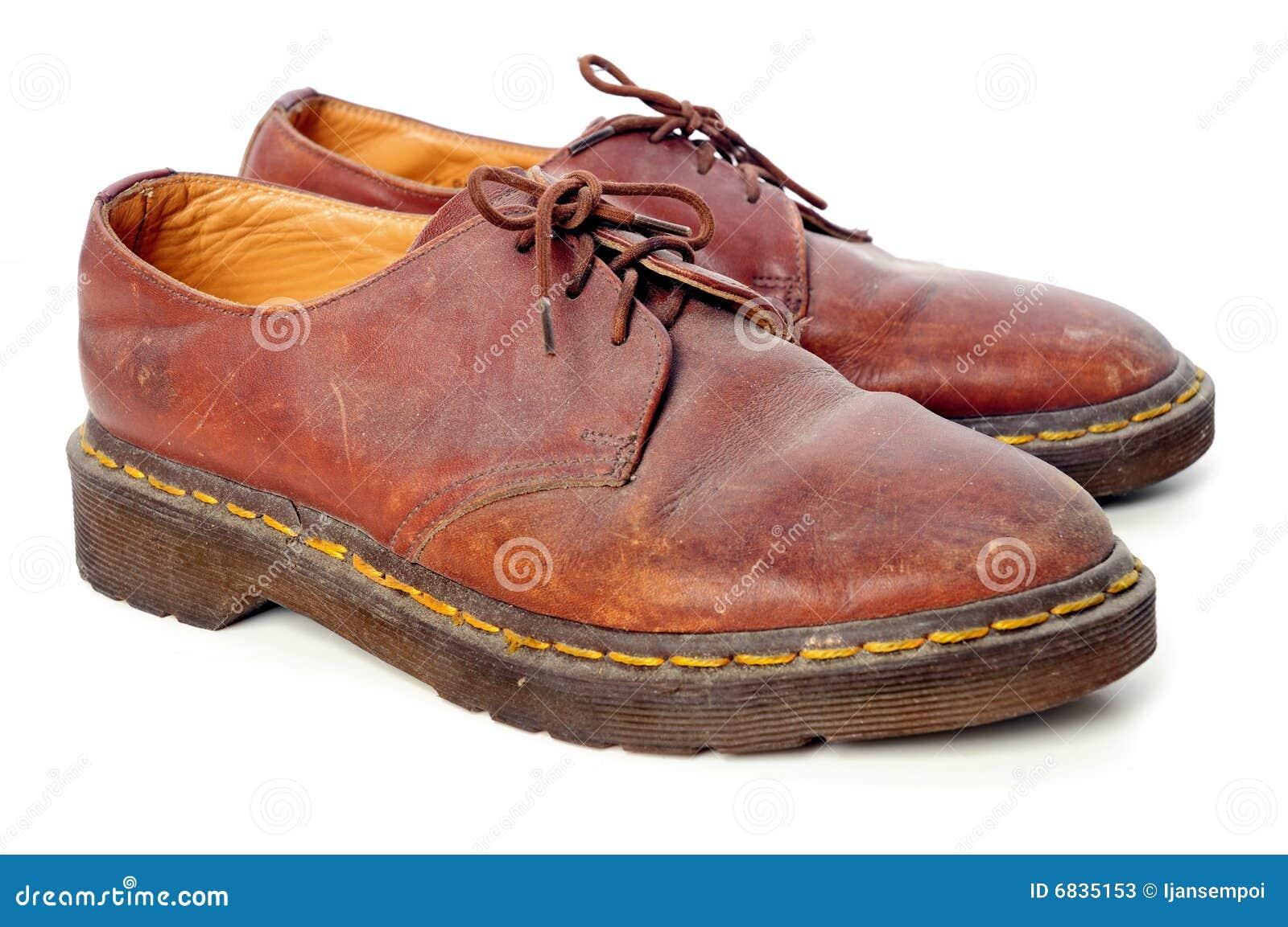 4dd4f60aa3 El estudio tiró del zapato polvoriento viejo en el fondo blanco