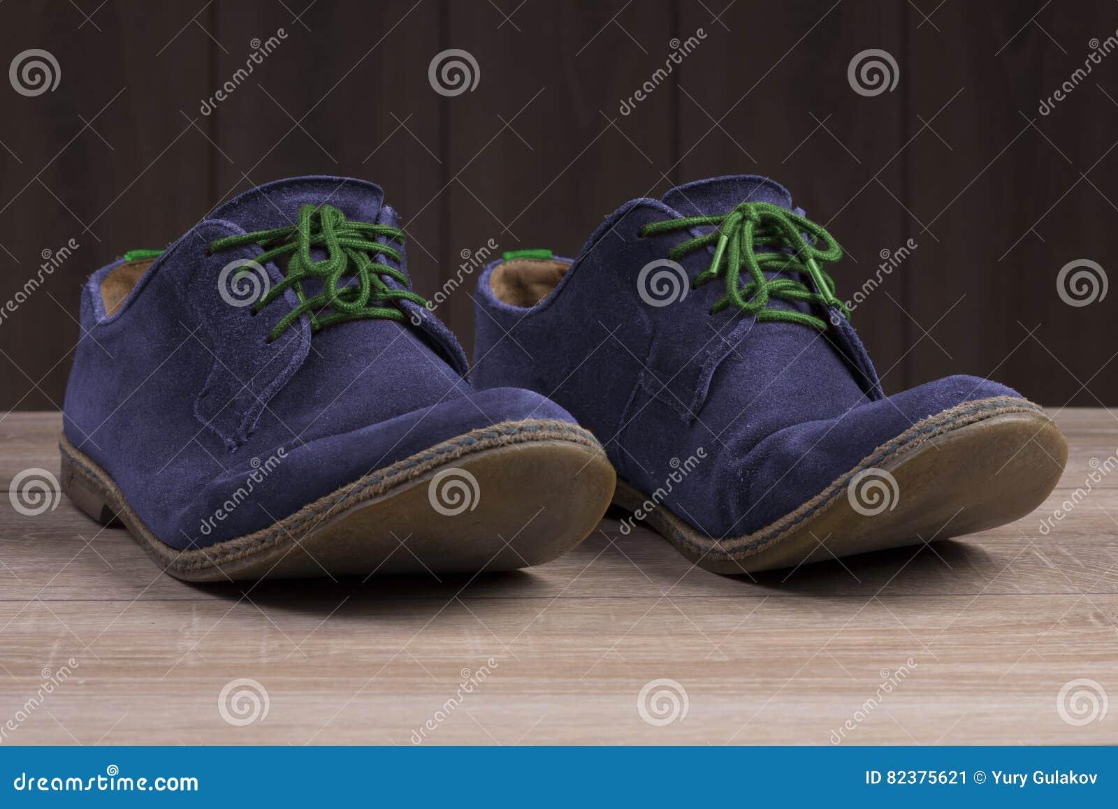 4cc0c5a0c3977 Zapatos Azules Del Ante Con Los Cordones Verdes Imagen de archivo ...