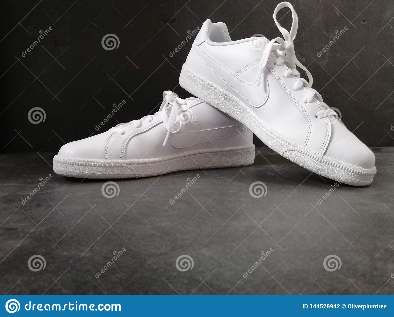 Zapatos blancos del nike