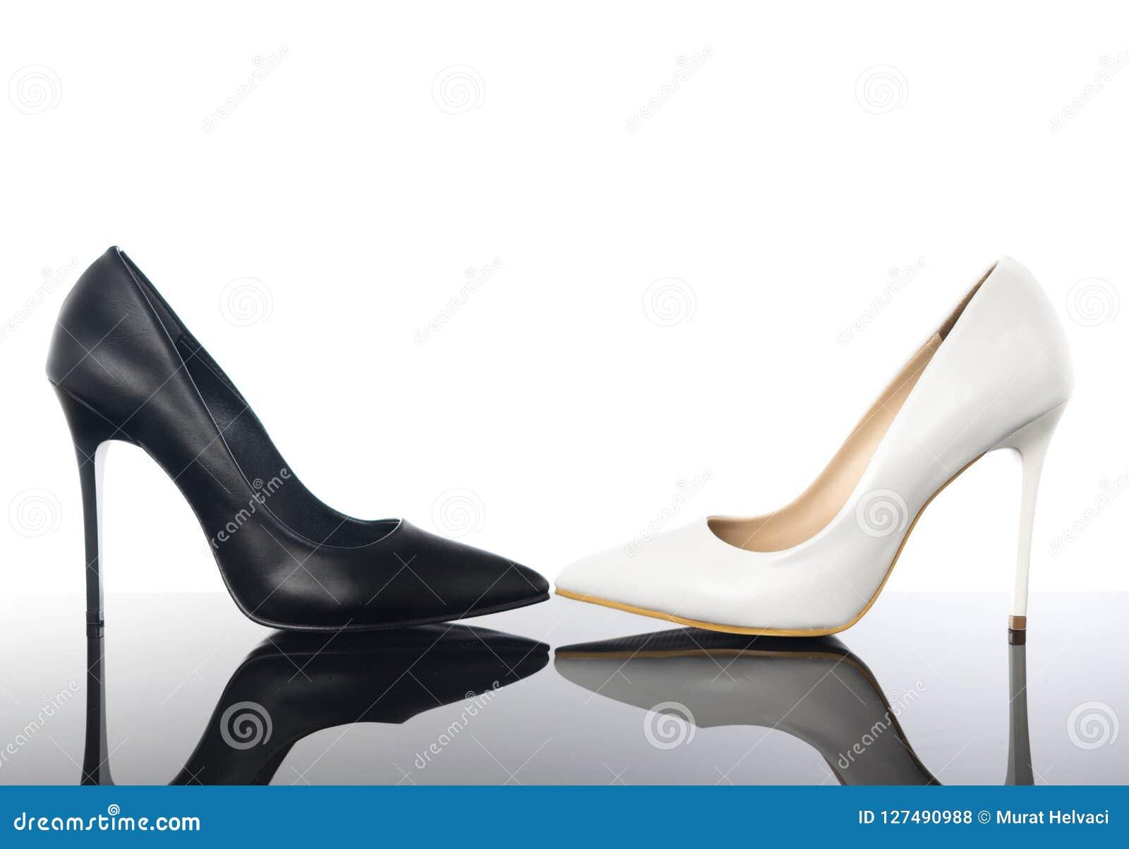 Estilete Del La De Negros Acentuada Y Blancos Zapatos Los Mujer mnN8wv0