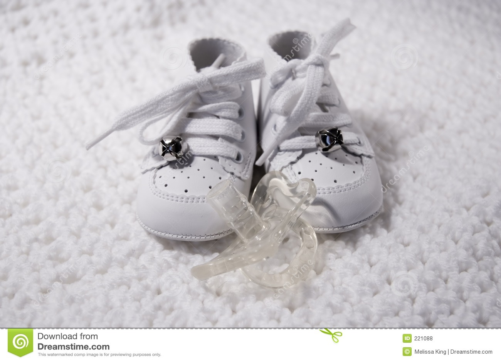 Zapatos de bebé con el pacificador