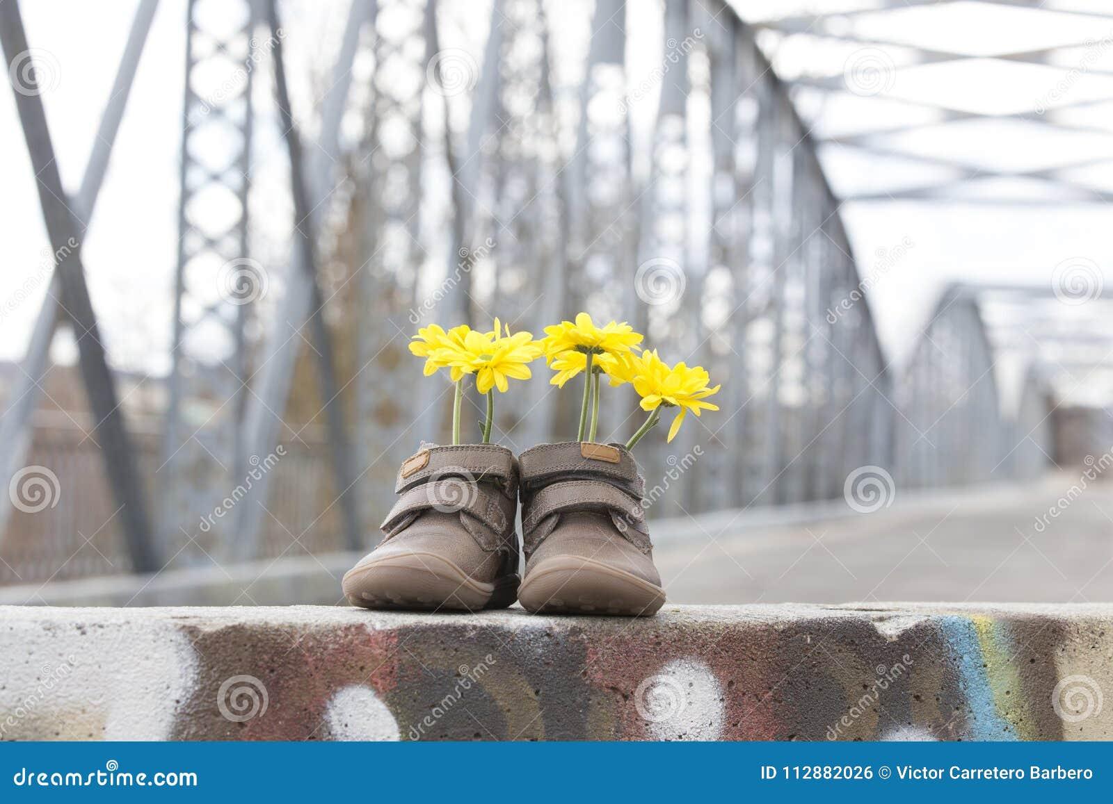 Zapatos el Arganda del de Madrid puente las flores de amarillas con hierro en bebé 7wr7q061