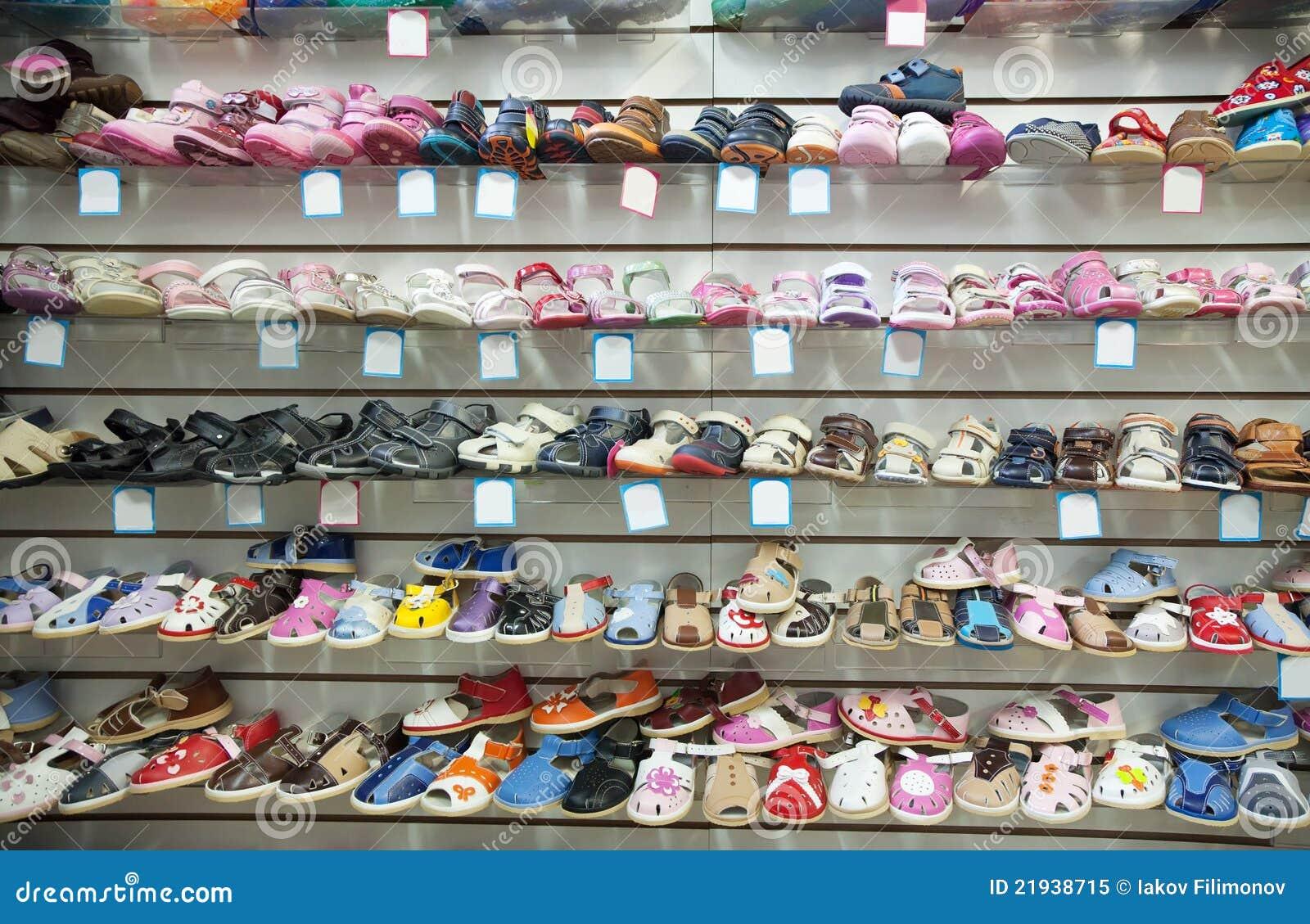 6177a338ec3 Zapatos De Bebé En El Departamento Imagen de archivo - Imagen de ...