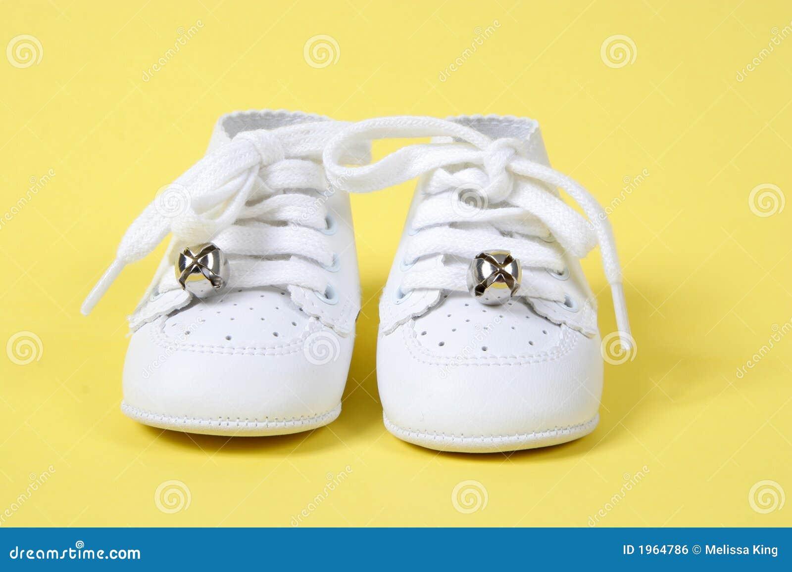 Zapatos de bebé en fondo amarillo