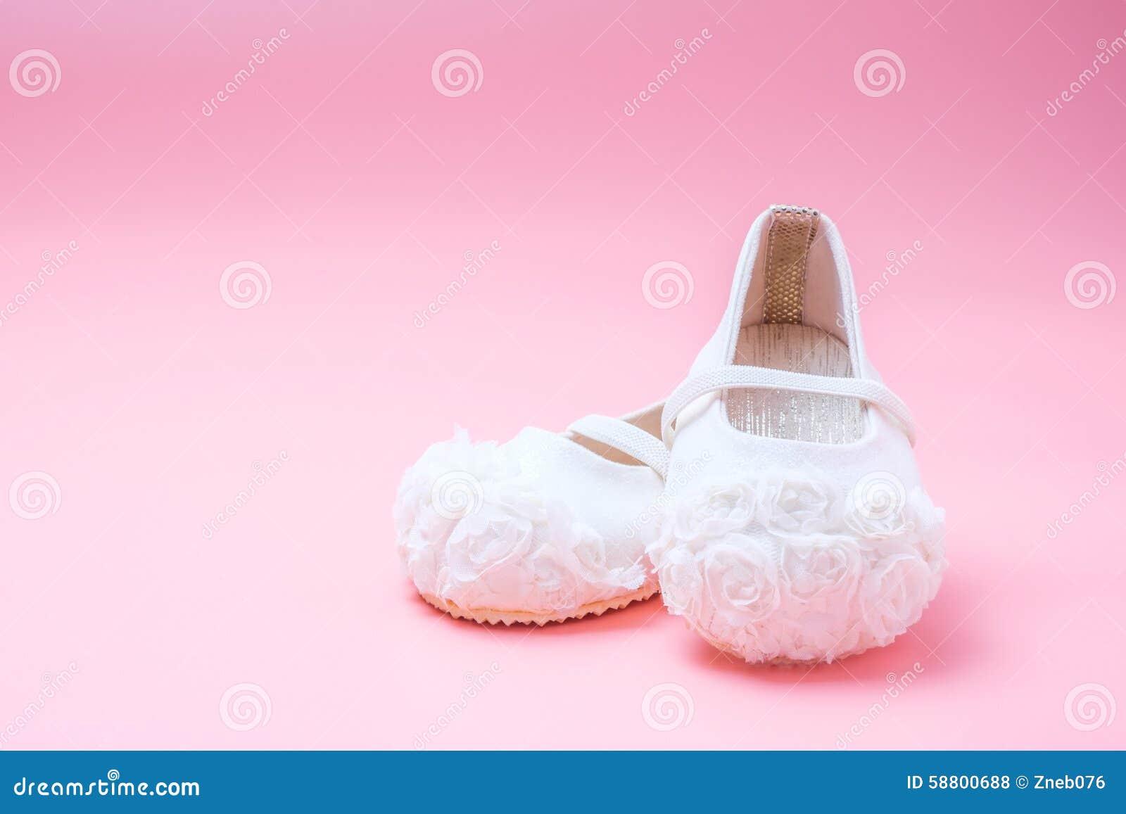 Zapatos De Bebé Lindos Para Los Niños En Fondo Rosado