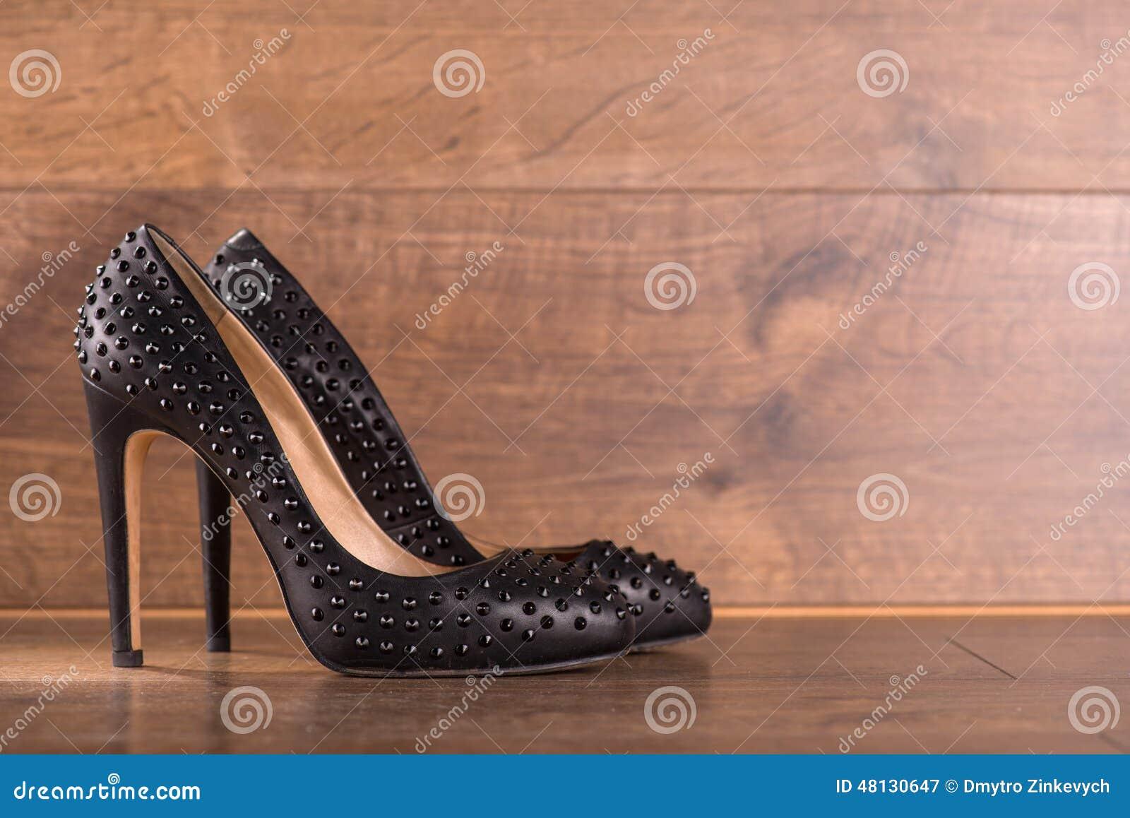 Zapatos de charol negros en piso