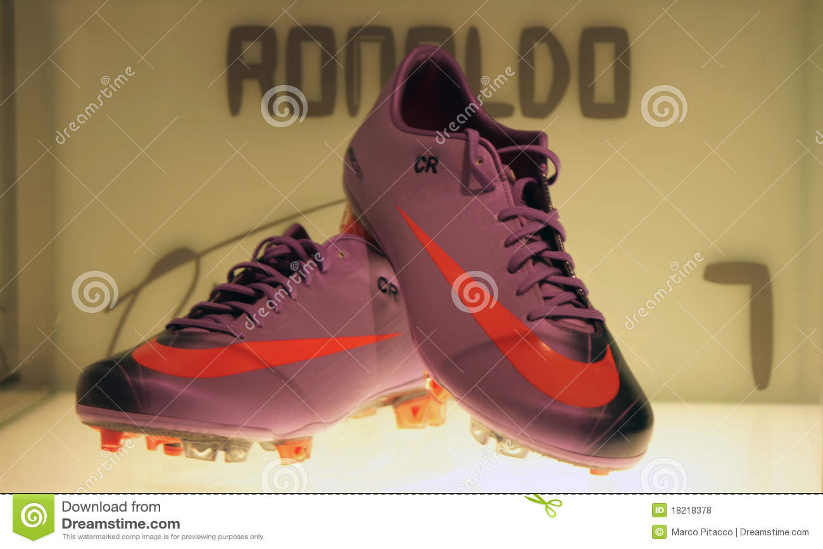 bc333c74b46c2 Un tiro de los zapatos de Cristiano Ronaldo en el museo de Real Madrid.