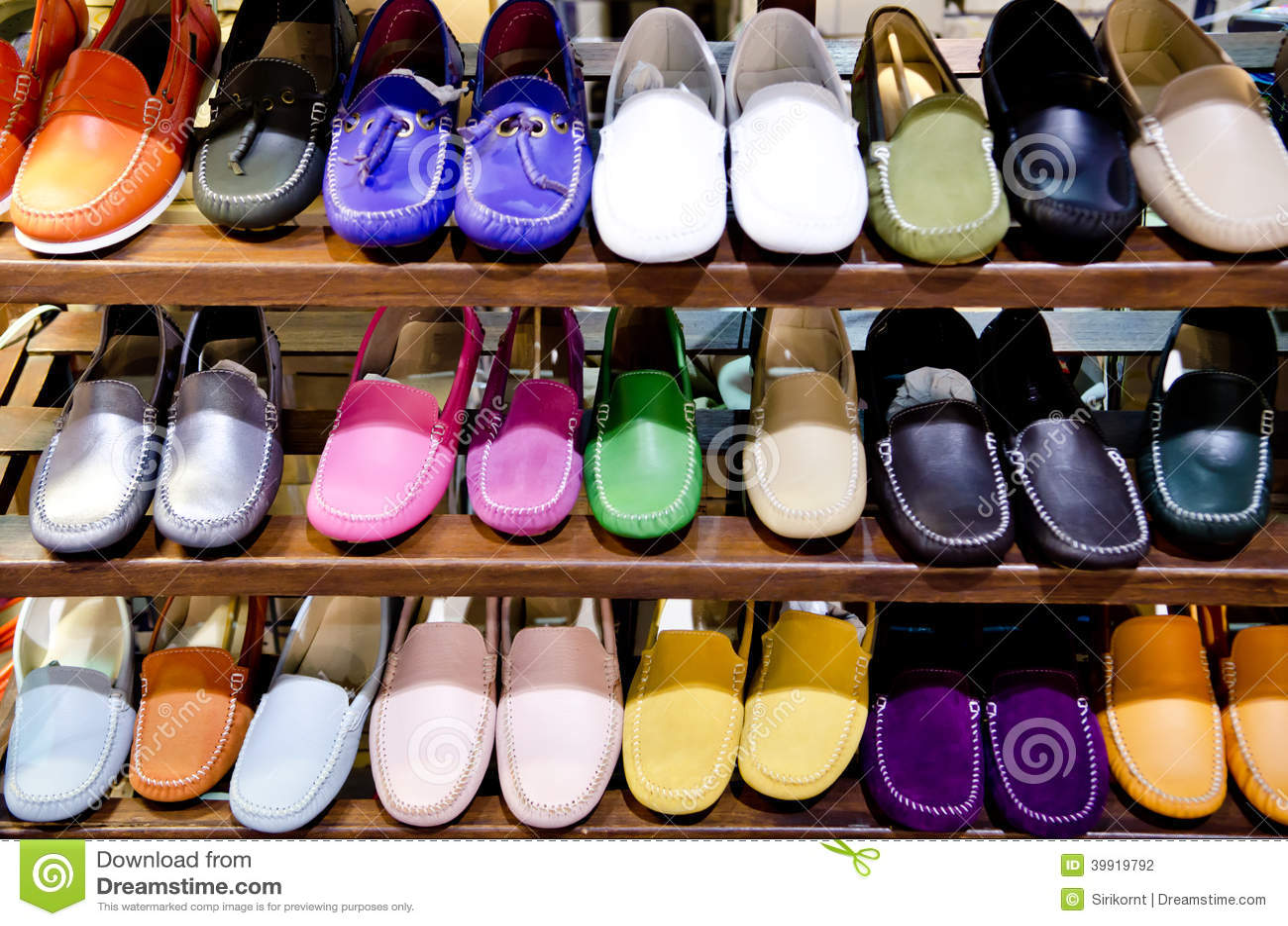 776eb9bee Zapatos De Cuero Coloridos En La Tienda Foto de archivo - Imagen de ...