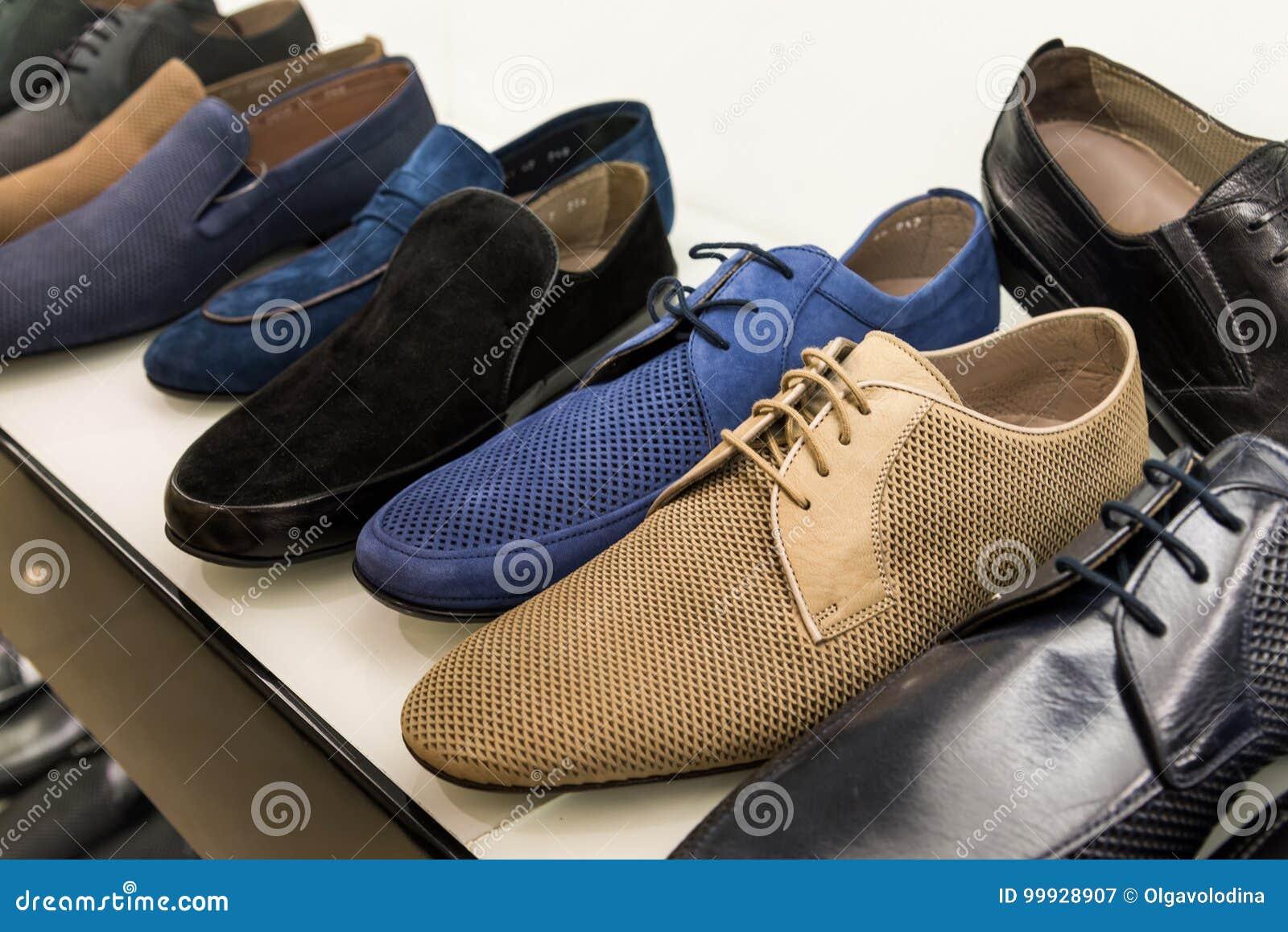 3299b5e01 Zapatos De Cuero Para Hombre Del Verano En Tienda Imagen de archivo ...