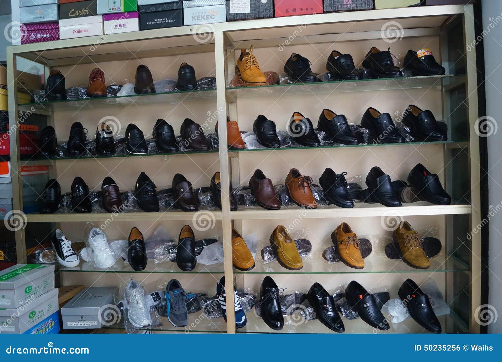c42c55f9e Zapatos De Cuero Que Procesan La Tienda Foto editorial - Imagen de ...