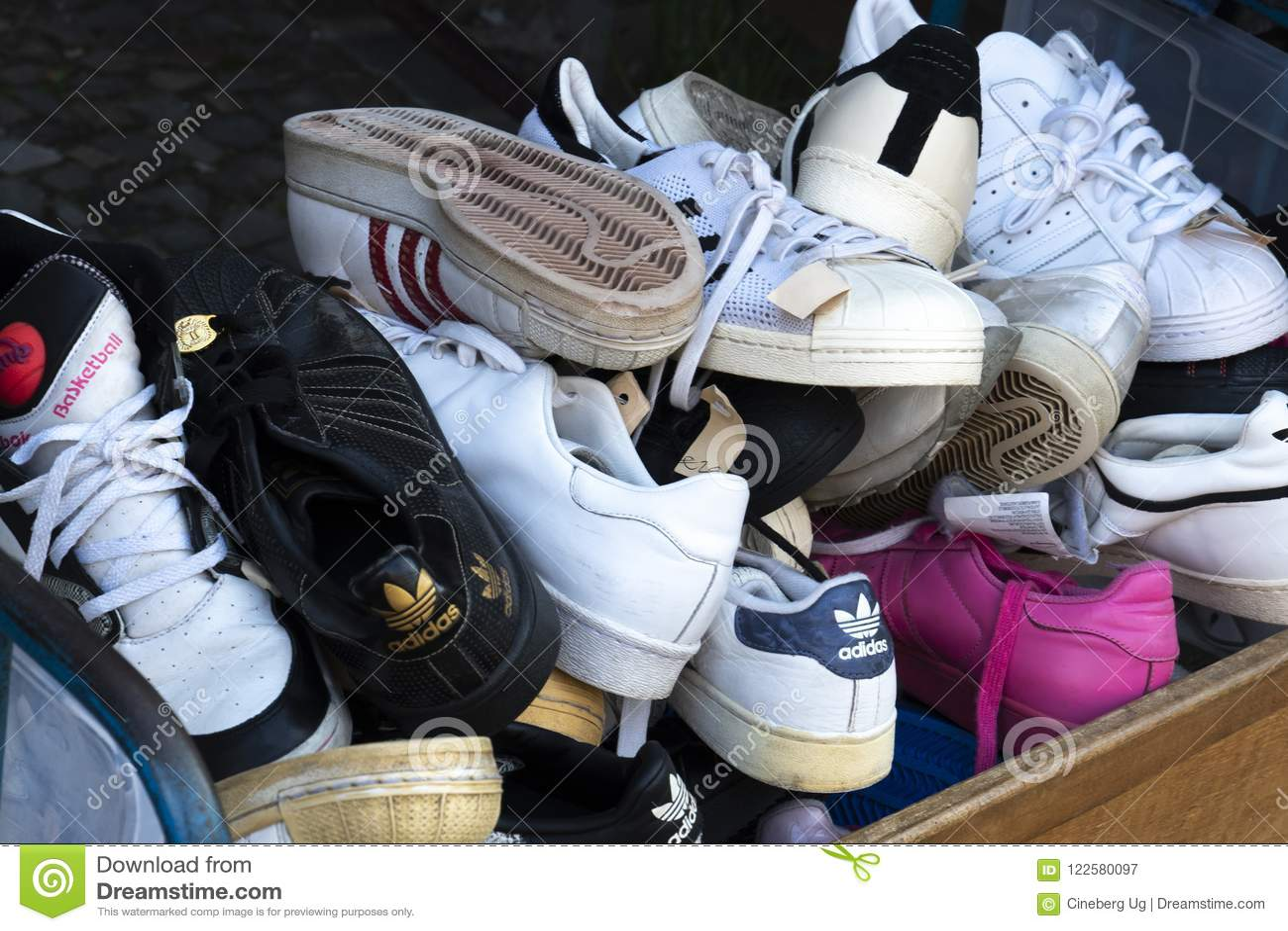 Zapatos Fotografía De La Imagen Mano Manera Segunda Editorial FFnrA8