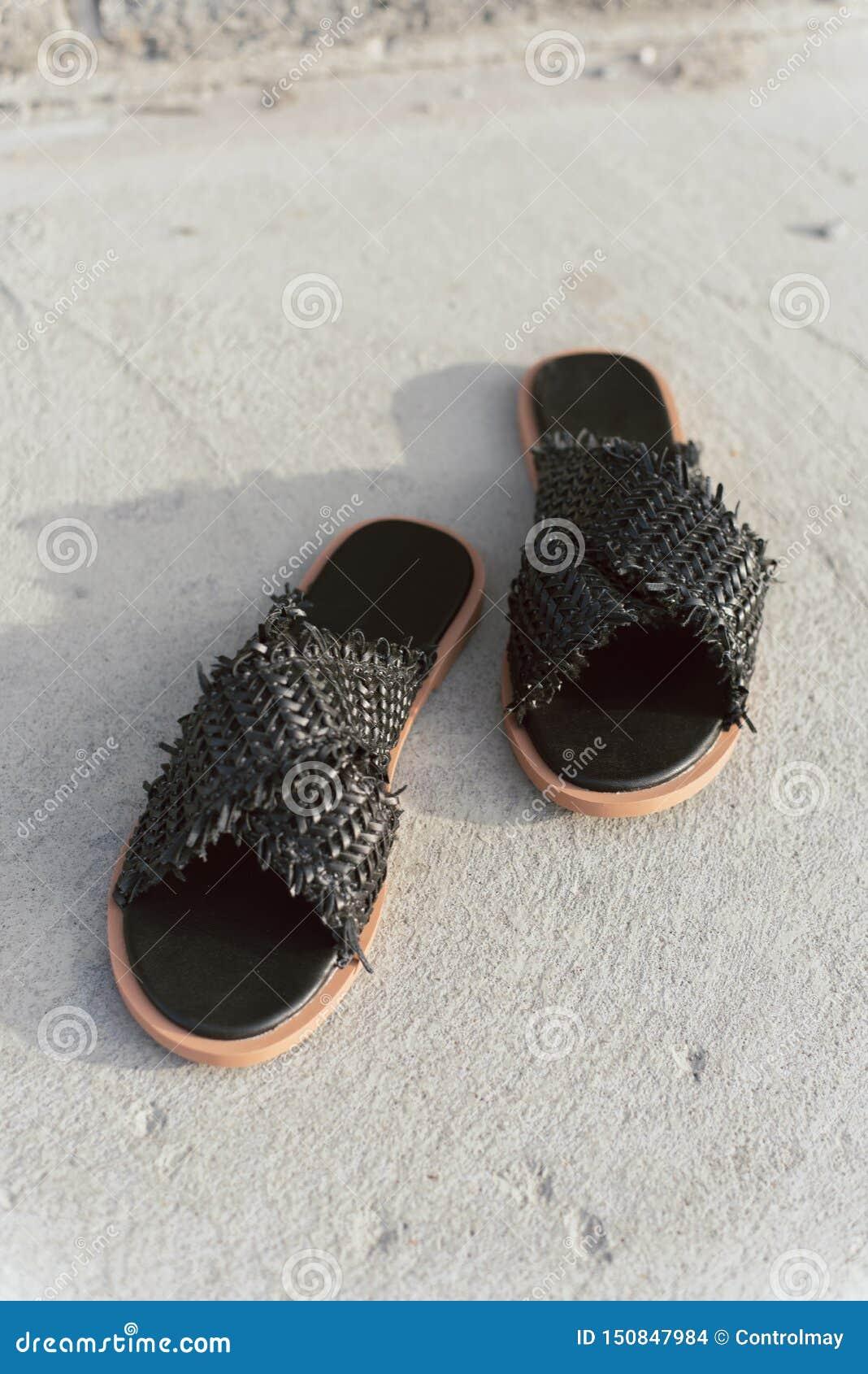 Zapatos de mimbre negros con el lenguado plano Pizarras elegantes del verano sin piernas Deslizadores femeninos de moda en el asf