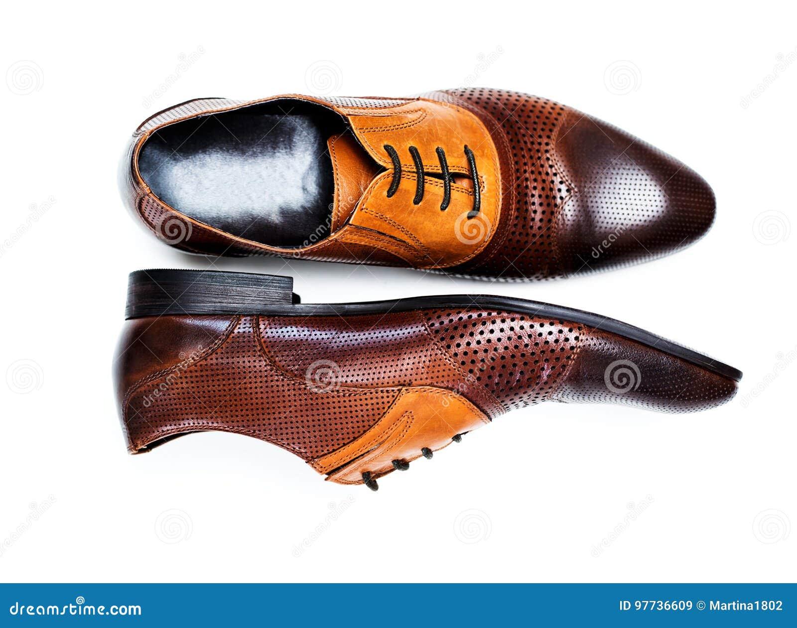 c264c939d0 Brown cubre los zapatos de vestir del hombre con cuero aislados en un fondo  blanco