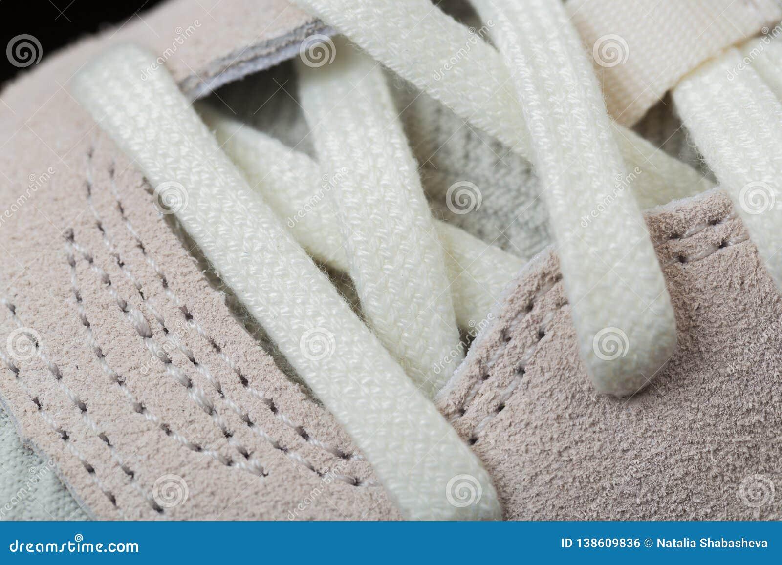 Zapatos del deporte con los cordones blancos