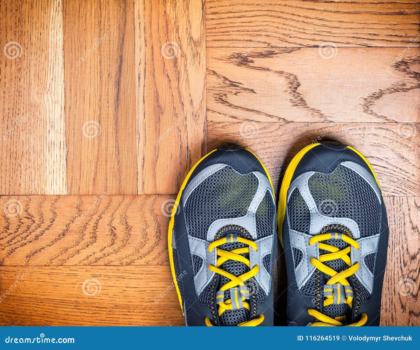 Zapatos del deporte en el piso