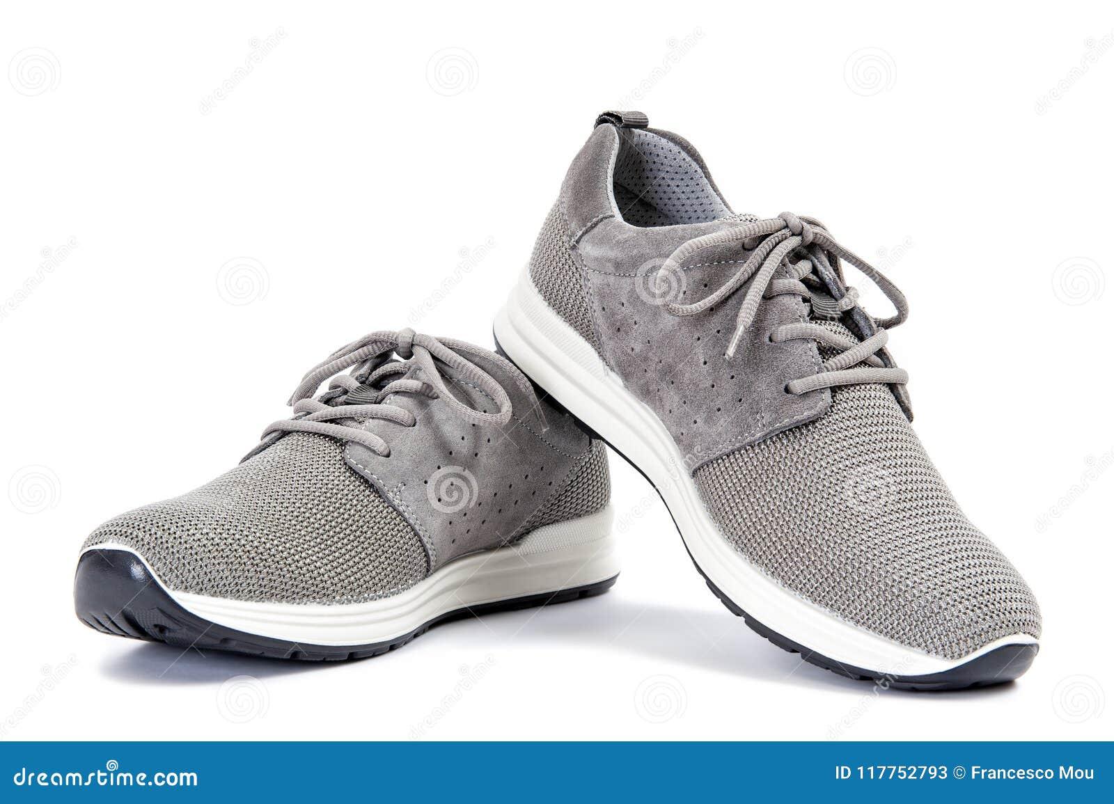 08f54e5b7c El primer de los zapatos grises elegantes del deporte para el hombre adulto  fotografió en el fondo blanco