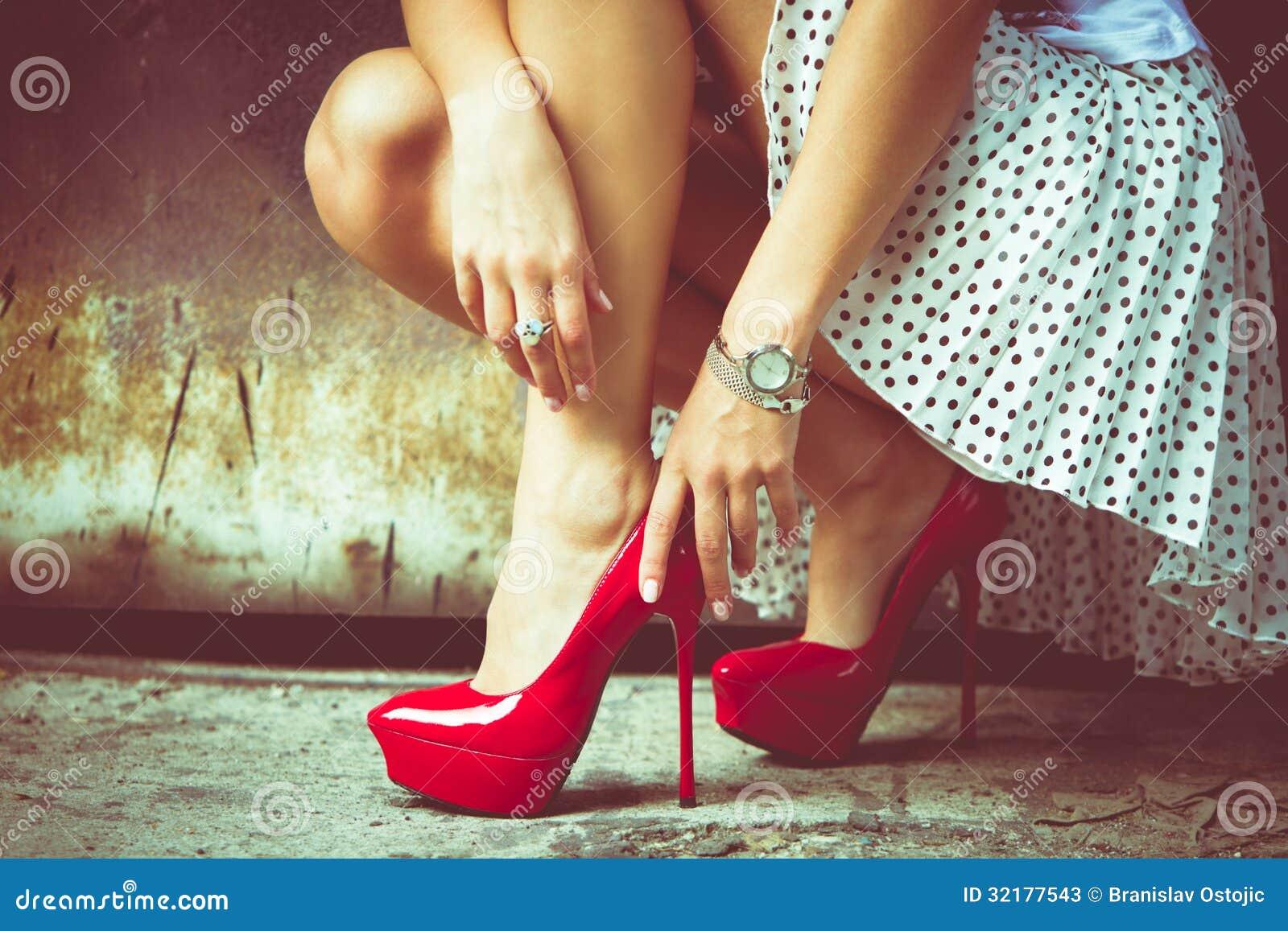 Zapatos del tacón alto