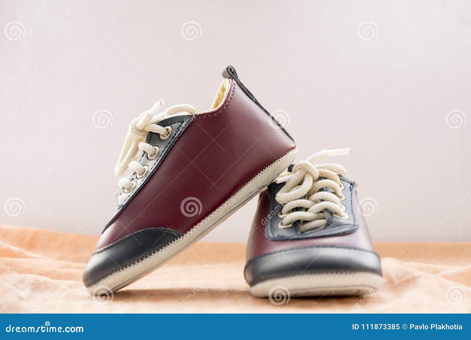 7fdfa4cd Zapatos elegantes del deporte para el niño pequeño Pequeñas zapatillas de  deporte lindas del bebé en