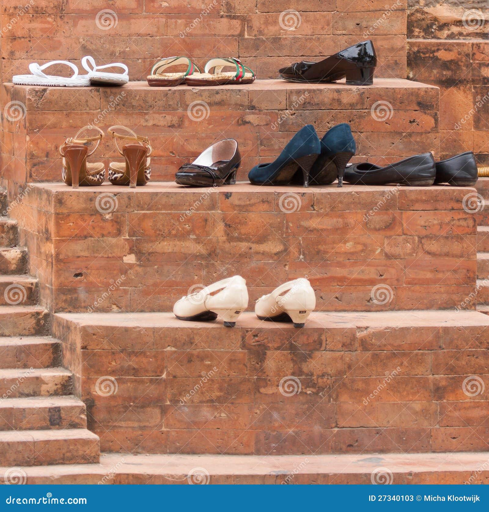 Zapatos en la entrada de una mezquita imagen de archivo for Gabinete de zapatos para la entrada