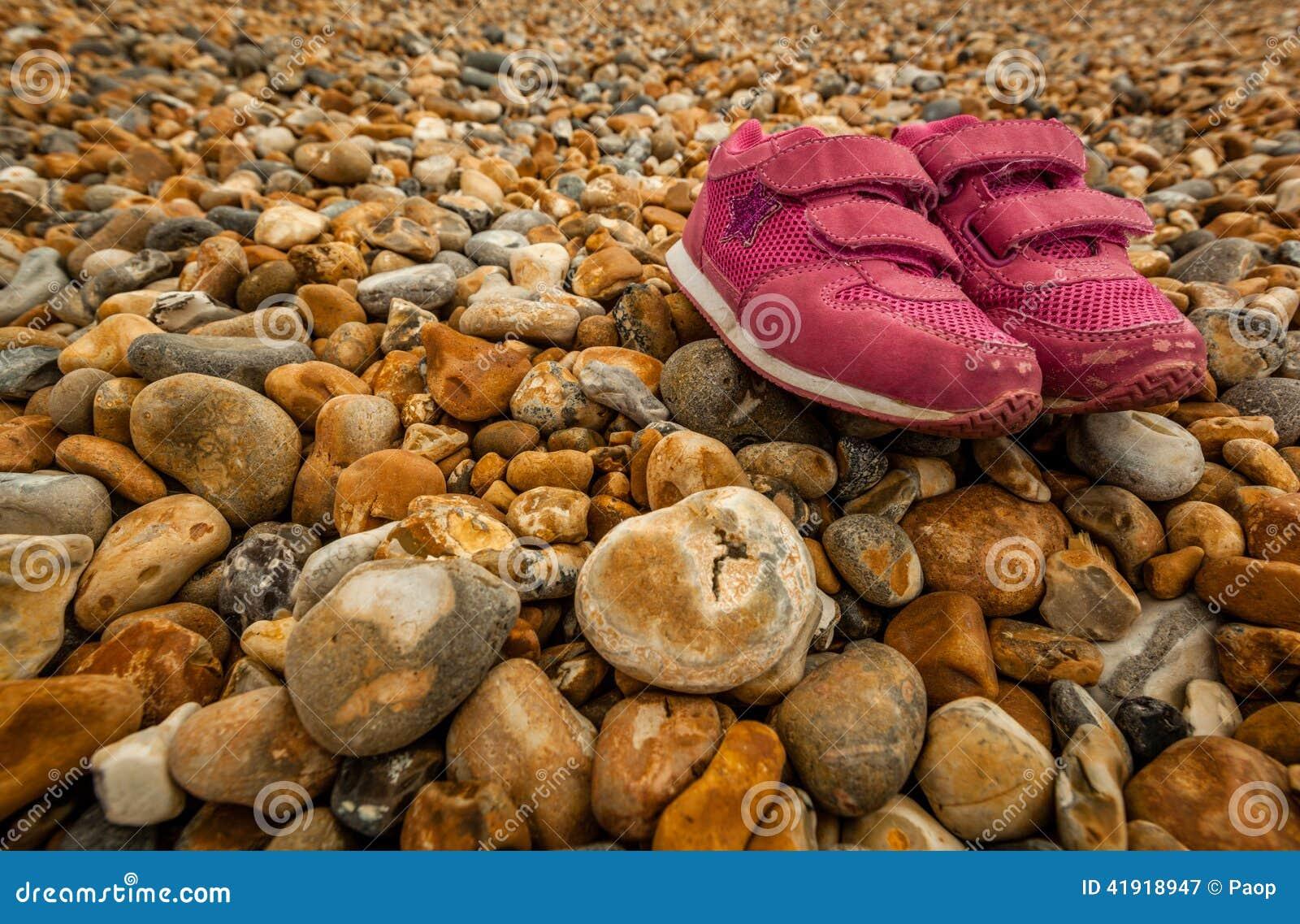 Zapatos en los guijarros