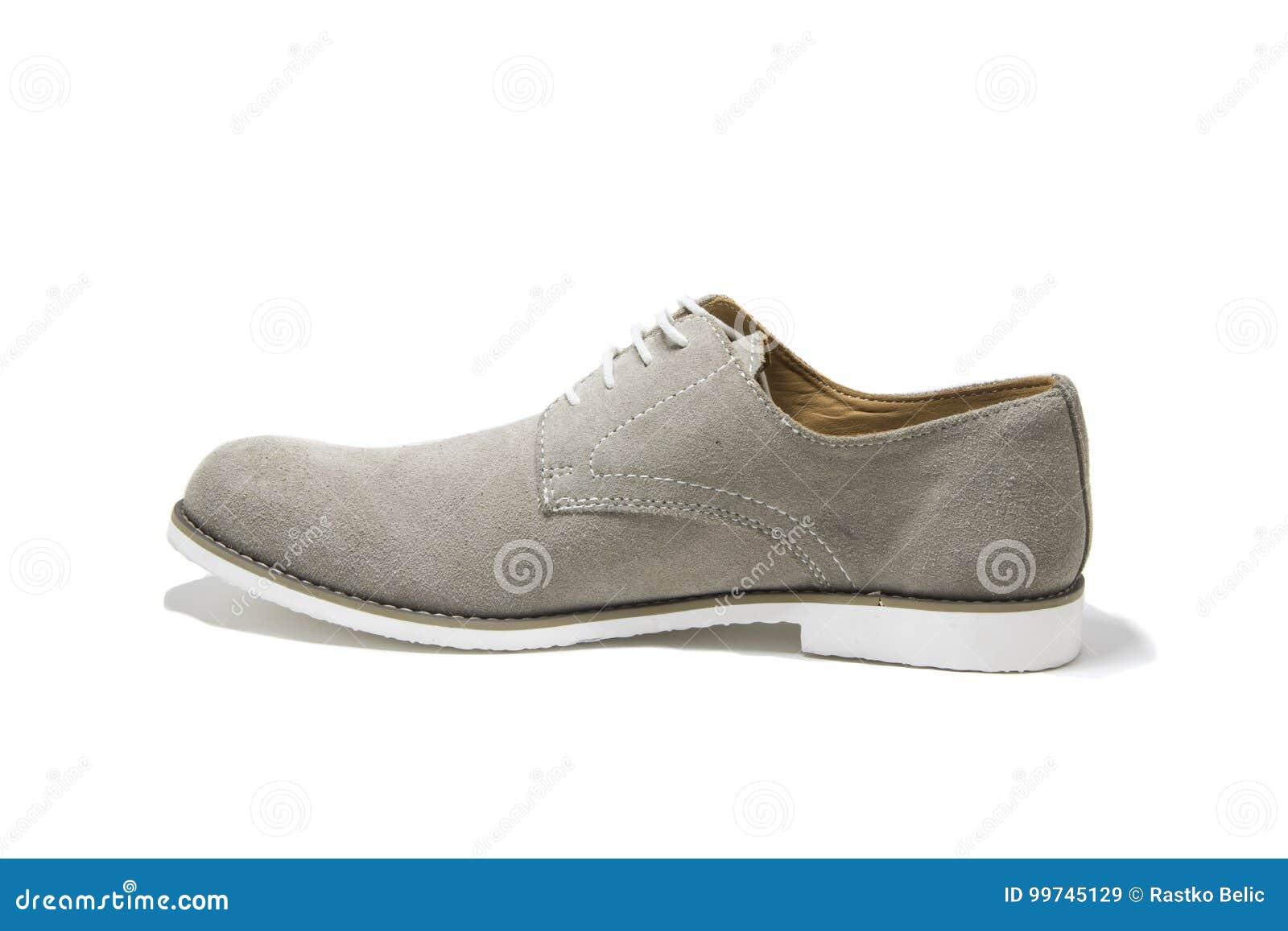 4c19ae3a0a Zapatos Grises De Los Hombres Elegantes Aislados En El Fondo Blanco ...
