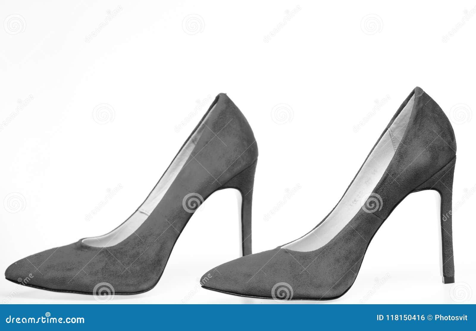 Zapatos Hechos Fuera Del Ante Rojo En El Fondo Blanco 6c861349752c