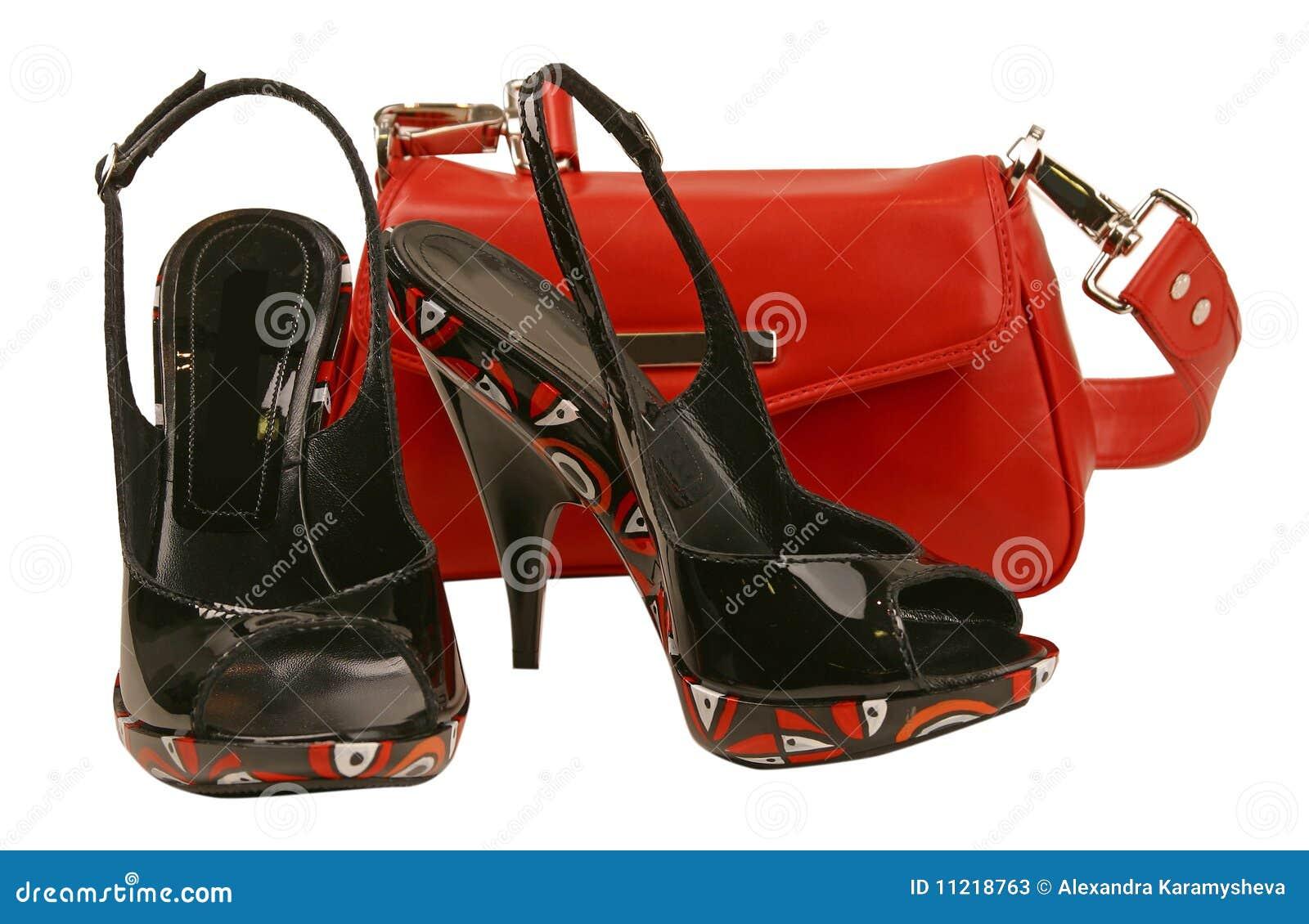 Zapatos negros y bolso rojo