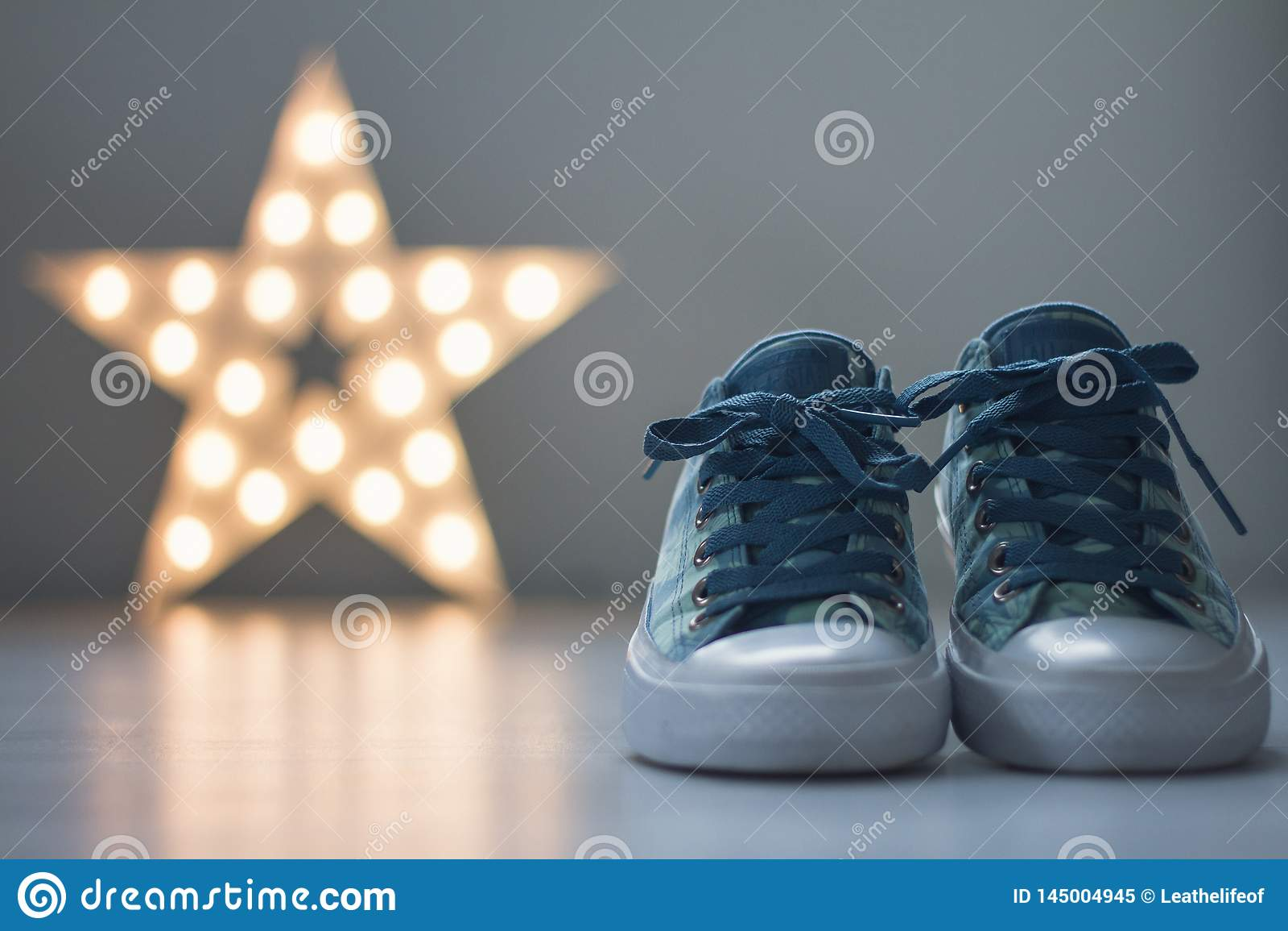 Zapatos para andar con la estrella en fondo